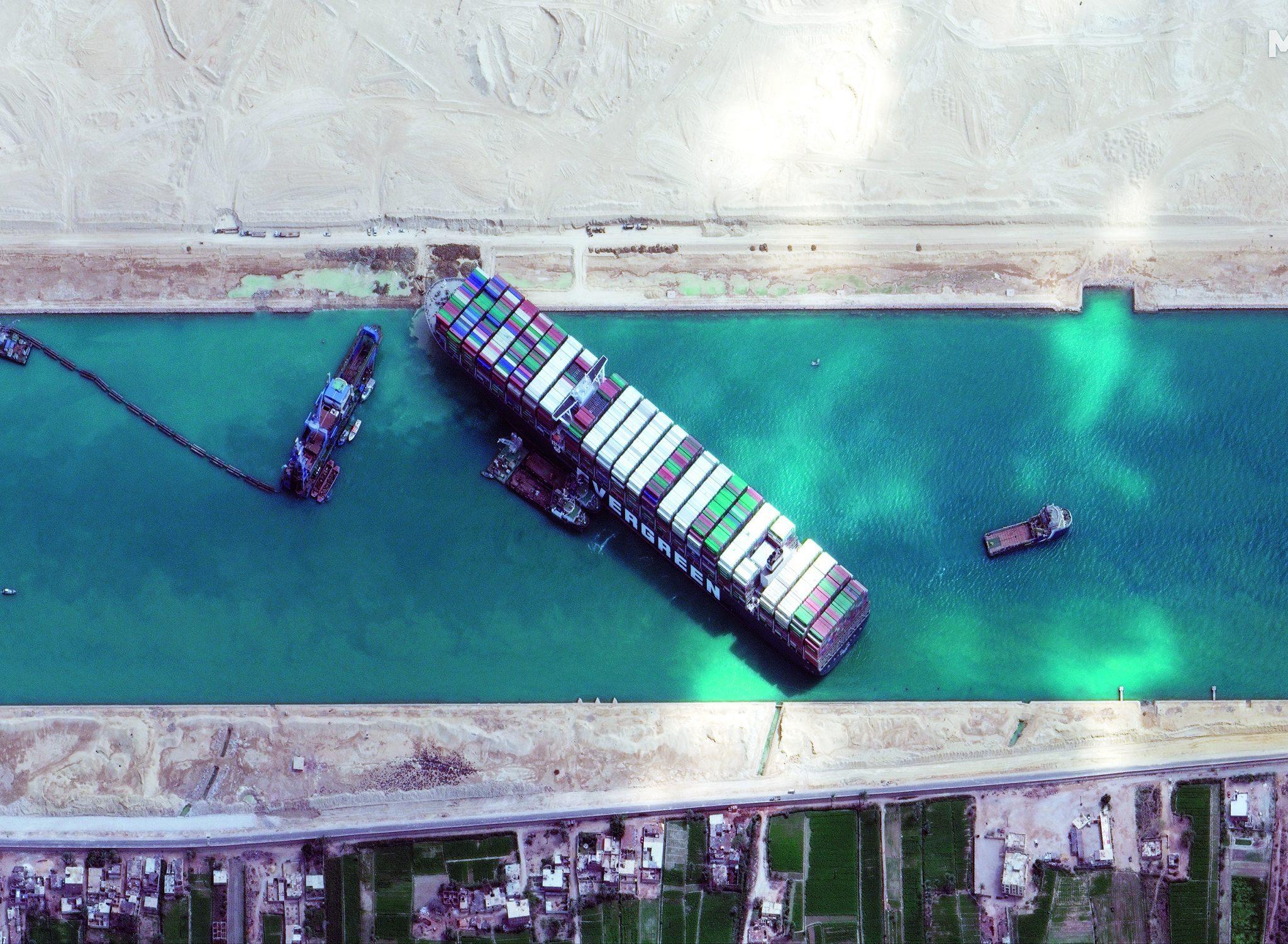 De Ever Given blokkeerde gedurende zes dagen het Suezkanaal (Foto Maxar)