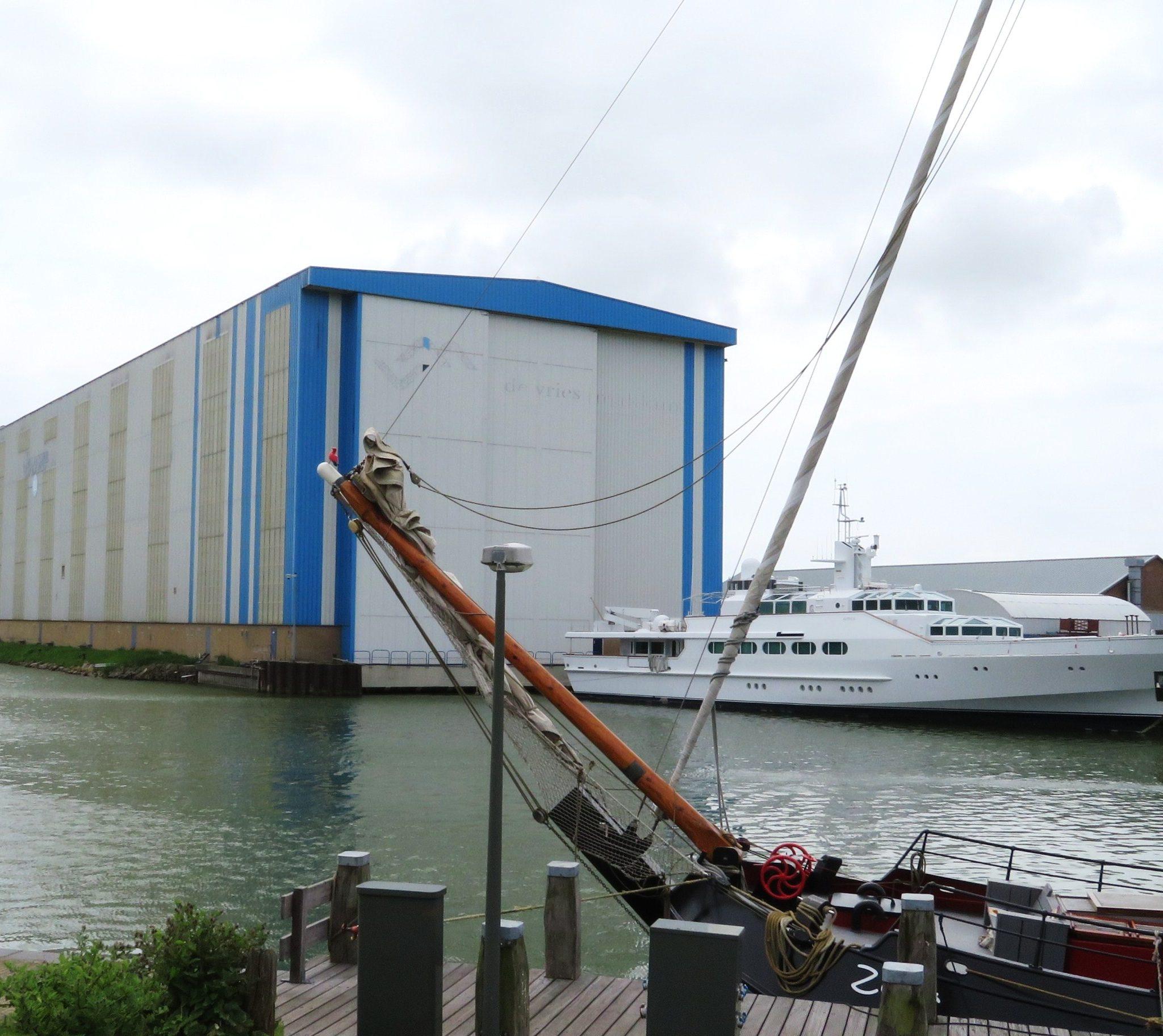 Koninklijke De Vries Jachtbouw in Makkum is een van de scheepswerven waarvoor de tolwet zou moeten gelden. (Foto Wikipedia)