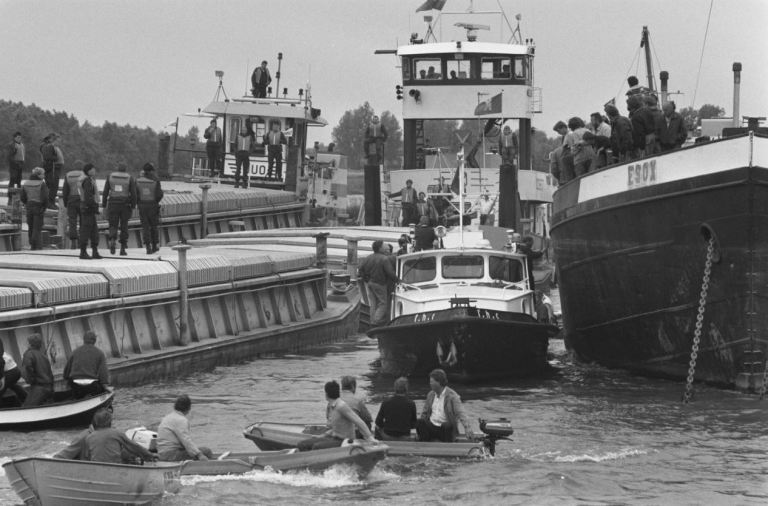Links de duwbakken van Granaria en rechts de actievoerende binnenvaartschippers. Foto: Rob Croes, Nationaal Archief/Anefo
