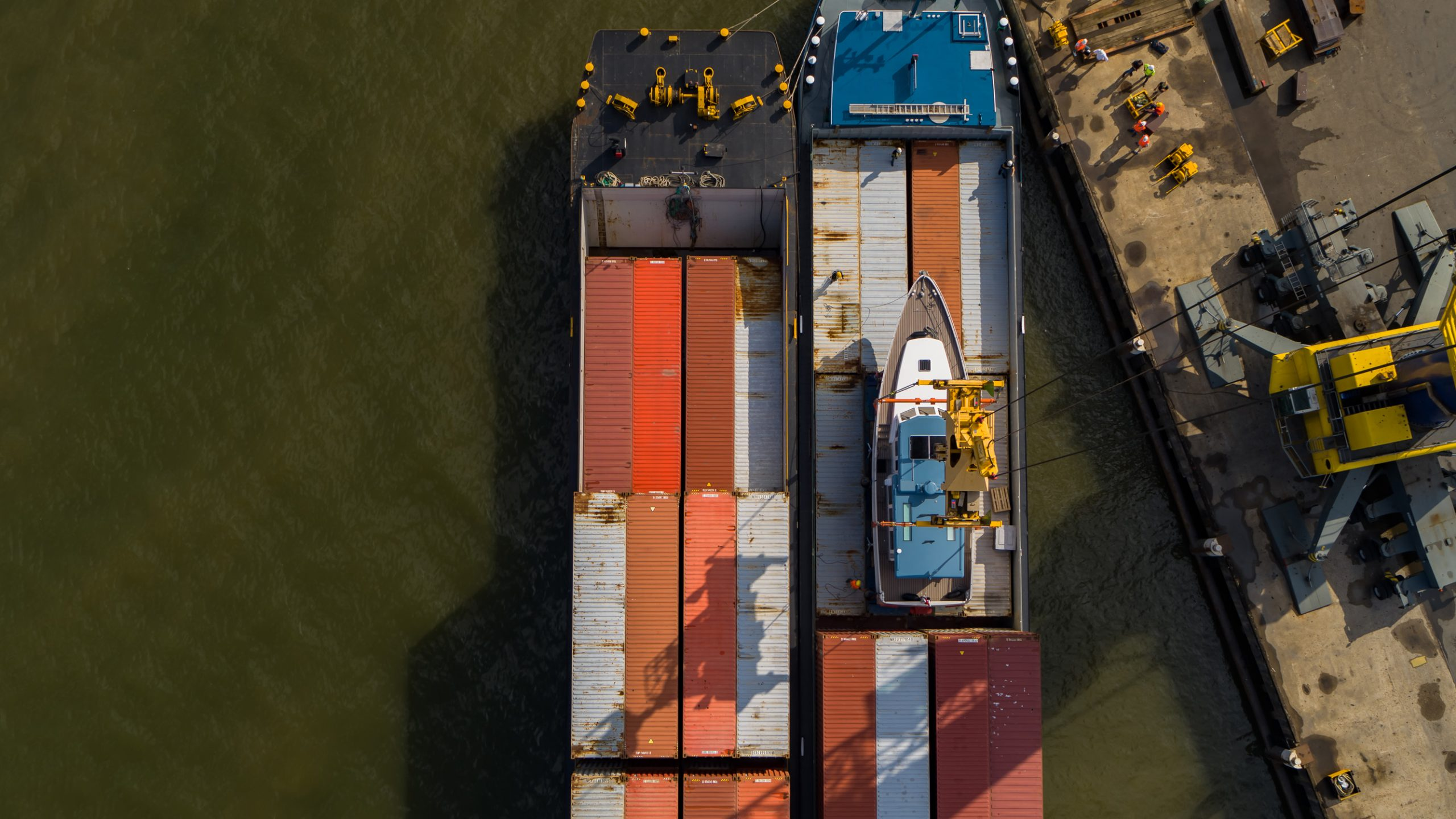 De Bestevaer 53 wordt op het containerschip geladen. (Foto KM Yachtbuilders)