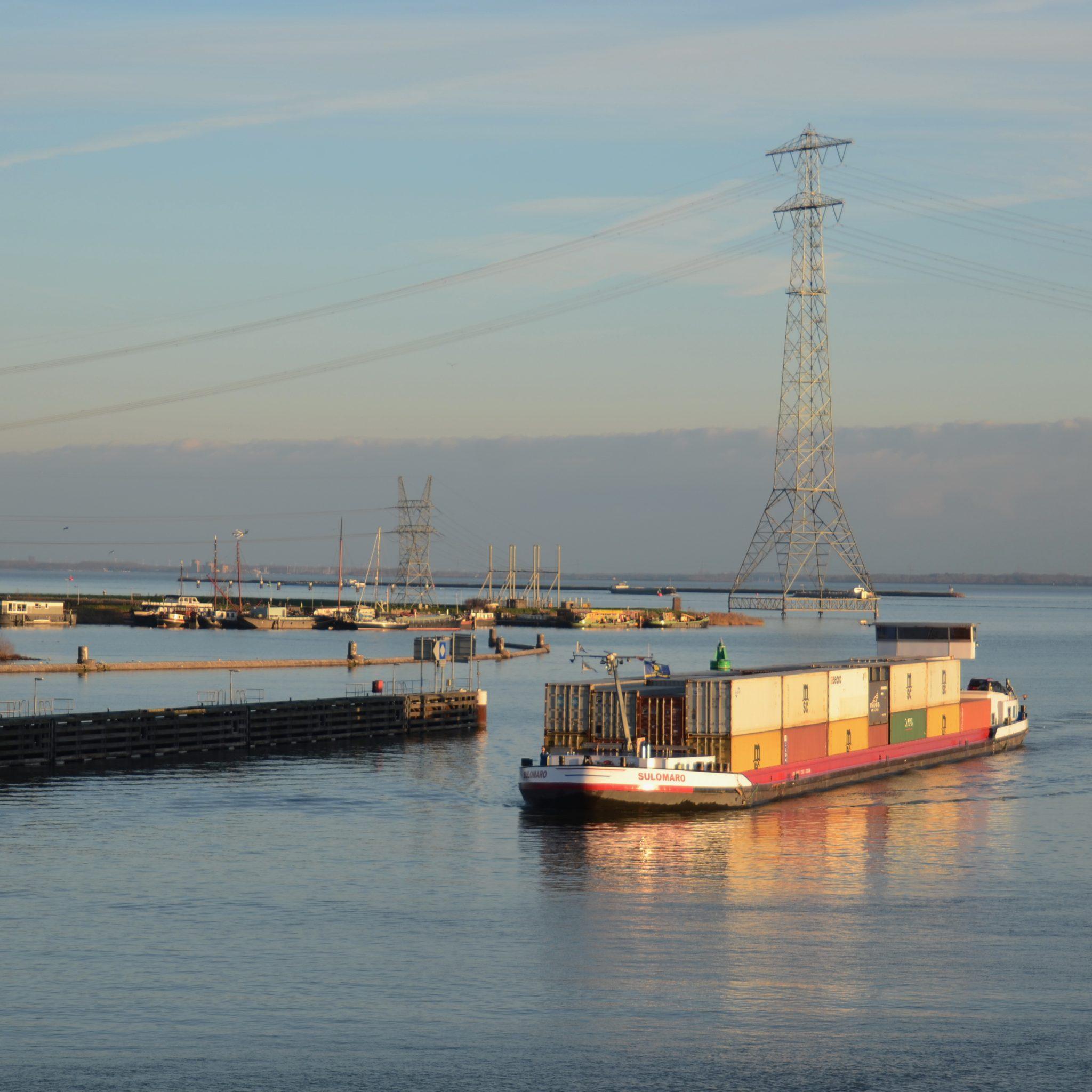 De Sulomaro gaat over het IJsselmeer (Foto Panoramio)