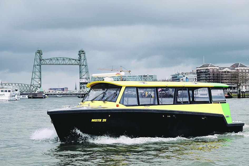 De MSTX 31 voor de Hef in Rotterdam. (Foto Watertaxi)