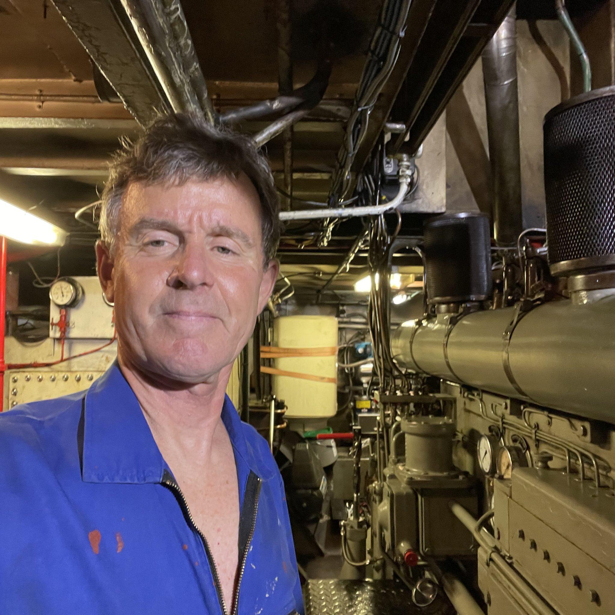 Erik Schumacher bij zijn Deutz 536 in het droge-ladingschip Jannette. De motor gaat overigens plaatsmaken voor een Stage V snelloper. (Privéfoto)