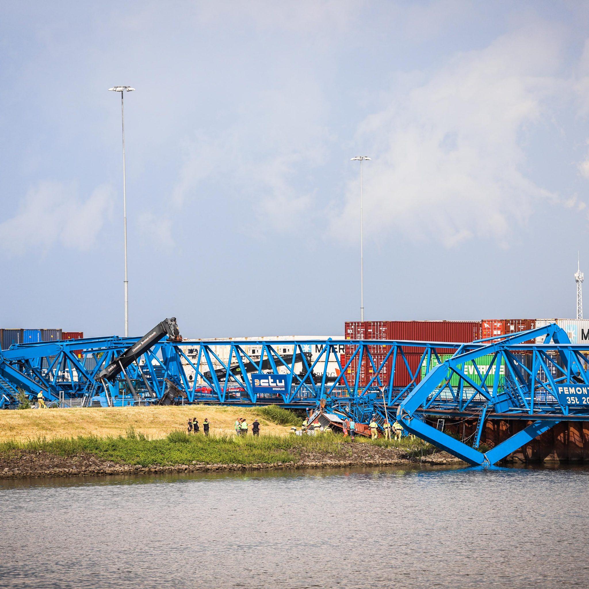 De portaalkraan van CTU Rivierenland heeft de storm niet overleefd (Foto ANP / Persbureau Heitink)