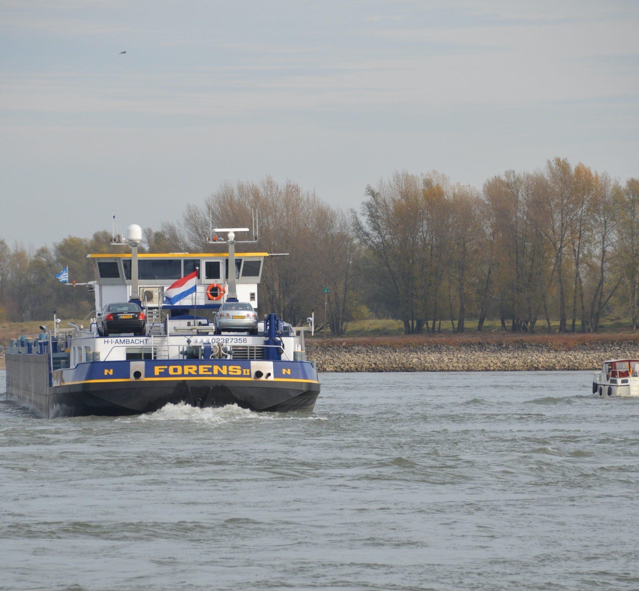 Het grote schip moet dus een geschikte weg vrijlaten voor dat kleine vaartuig. (Foto Sander Wels)