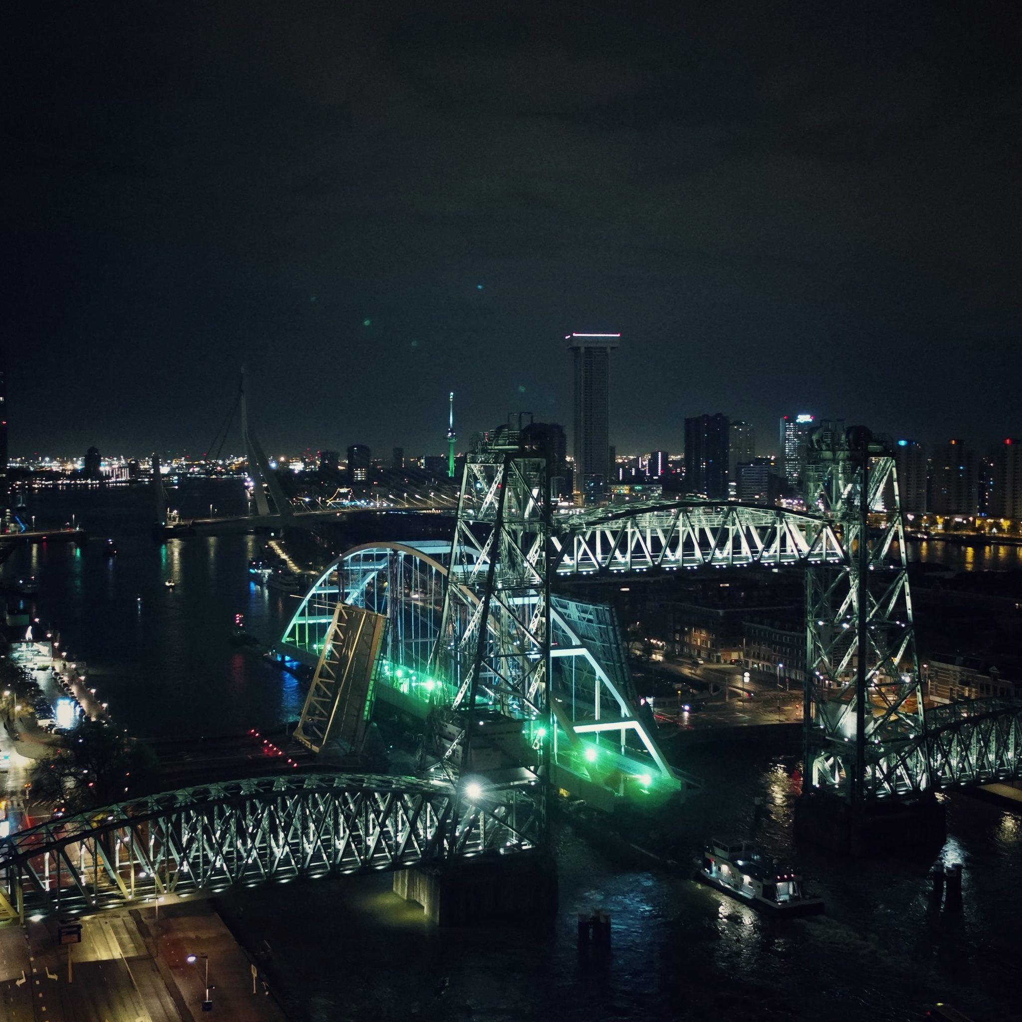 De tijdelijke Suurhoffbrug onderweg naar de juiste plek, de bestaande brug wordt nu gerenoveerd. (Foto Rijkswaterstaat Eyecatcher)
