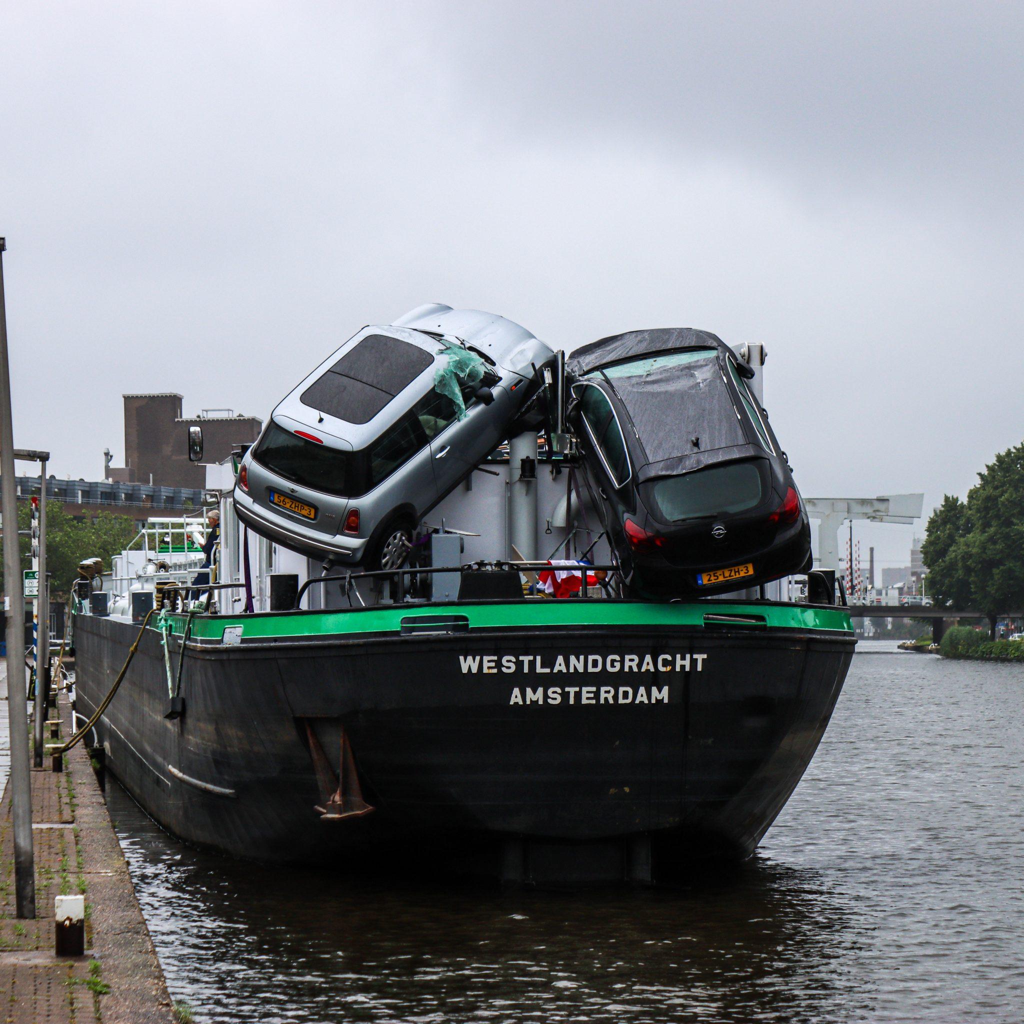 De auto's zijn niet te water gekomen, maar het scheelde weinig. (Foto Jippe Groenendijk / Media-TV)