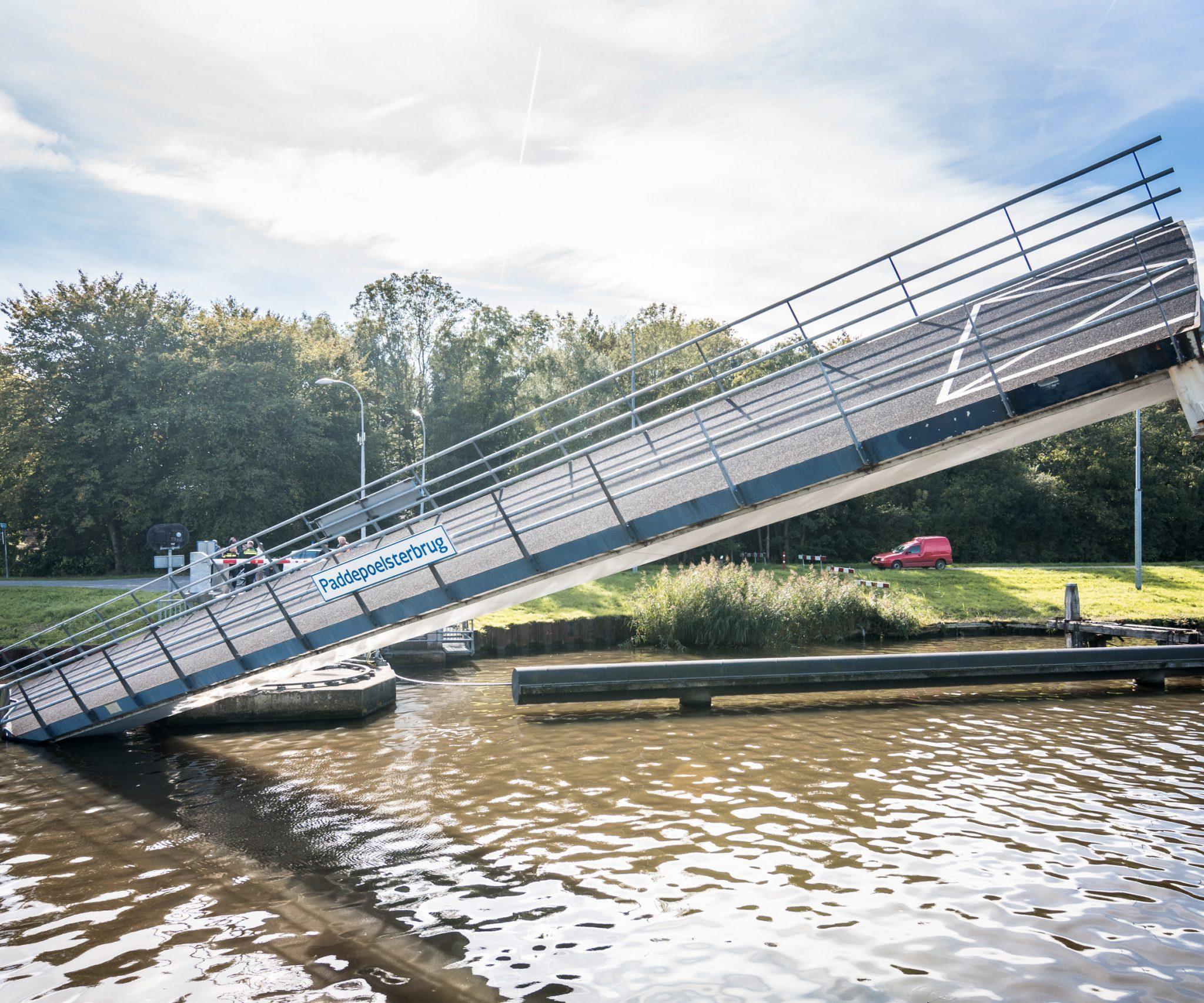 De Paddepoelsterbrug ging, als gevolg van een bedieningsfout, onterecht naar beneden en kwam daarmee in aanvaring met de Andamento (Archieffoto De Vries Media)
