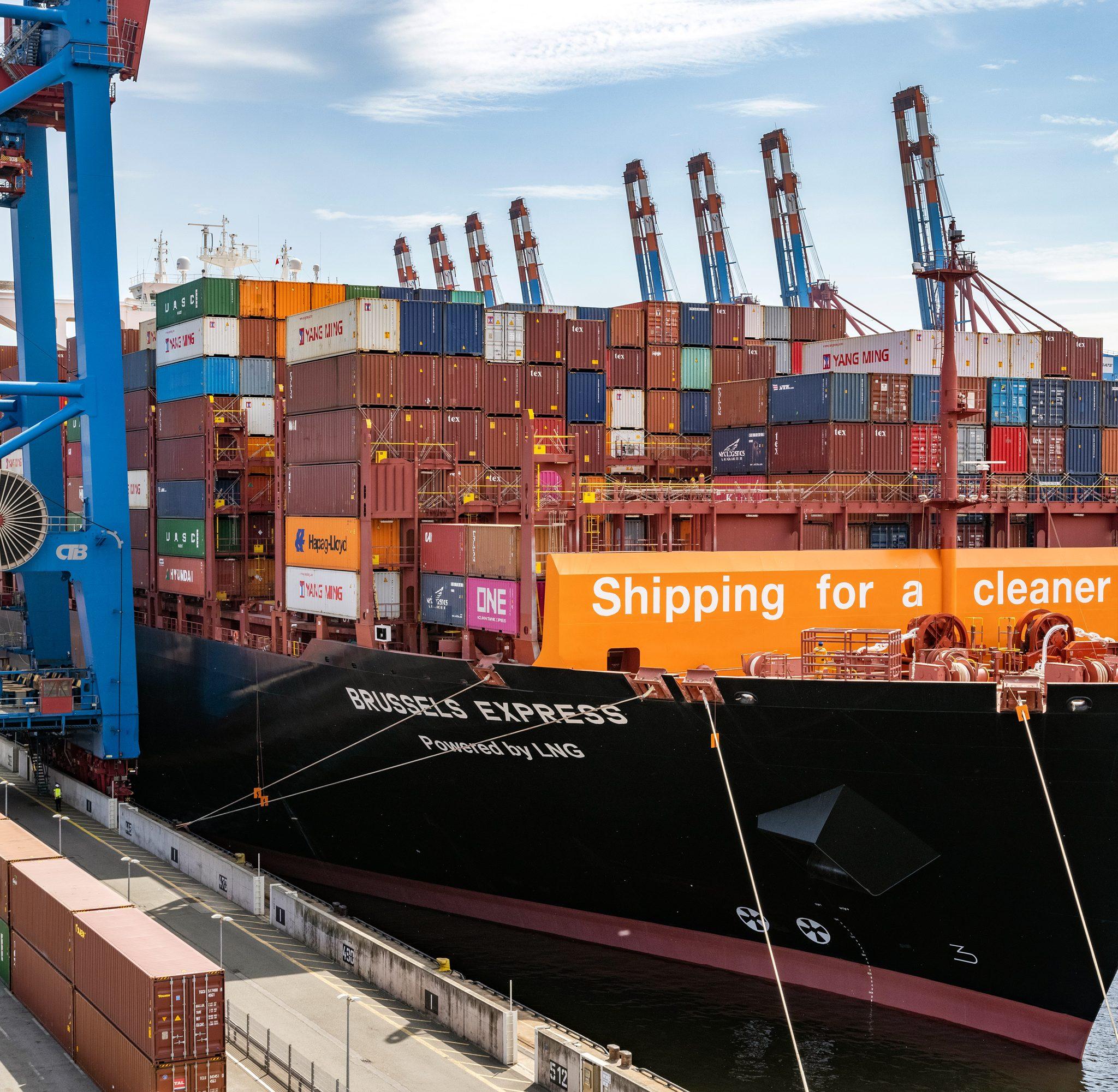 De Brussels Express in Hamburg. Het is het eerste grote containerschip ter wereld dat op LNG werd omgebouwd. (Foto Hapag Lloyd)