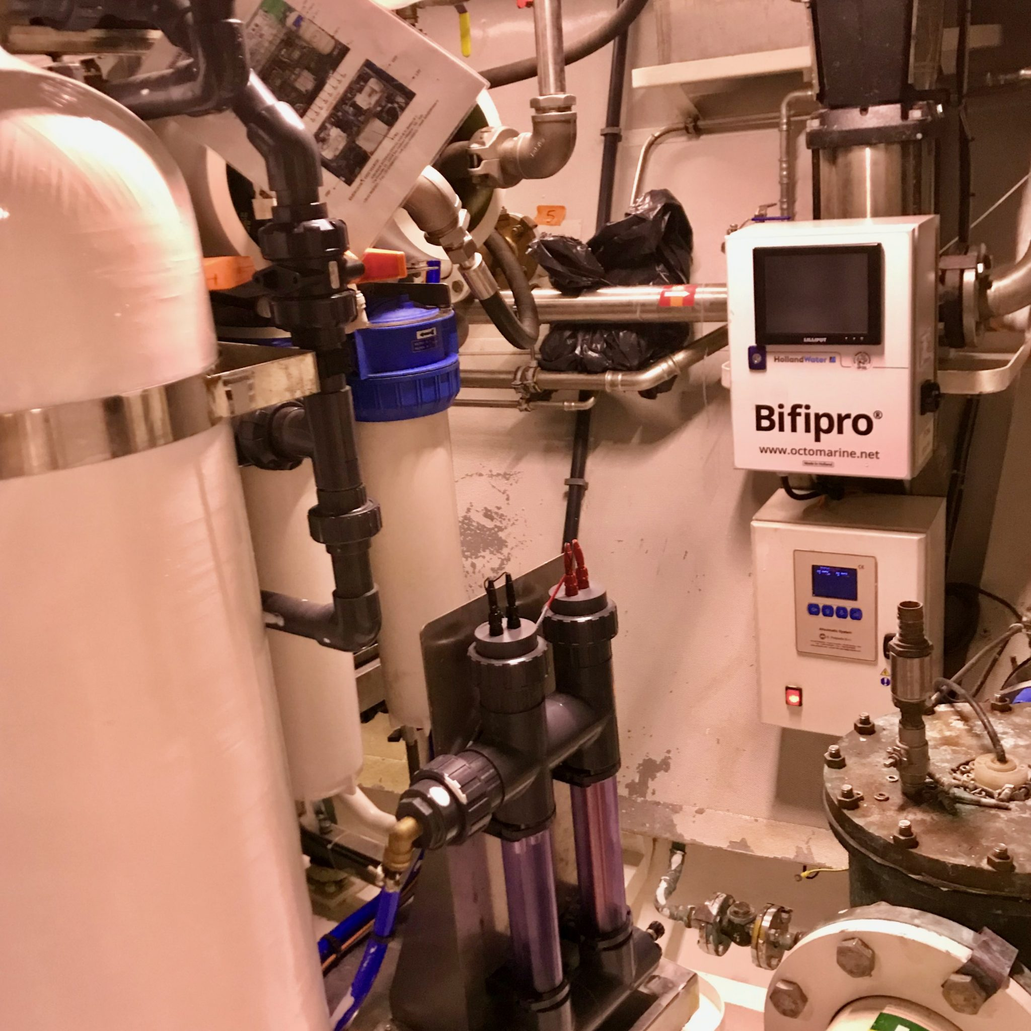 Een ingebouwd Bifipro koper-zilver ionisatiesysteem in een superjacht. Links onder het controlepaneel, rechts naast de witte tank het filtersysteem. (Foto Octo Marine)