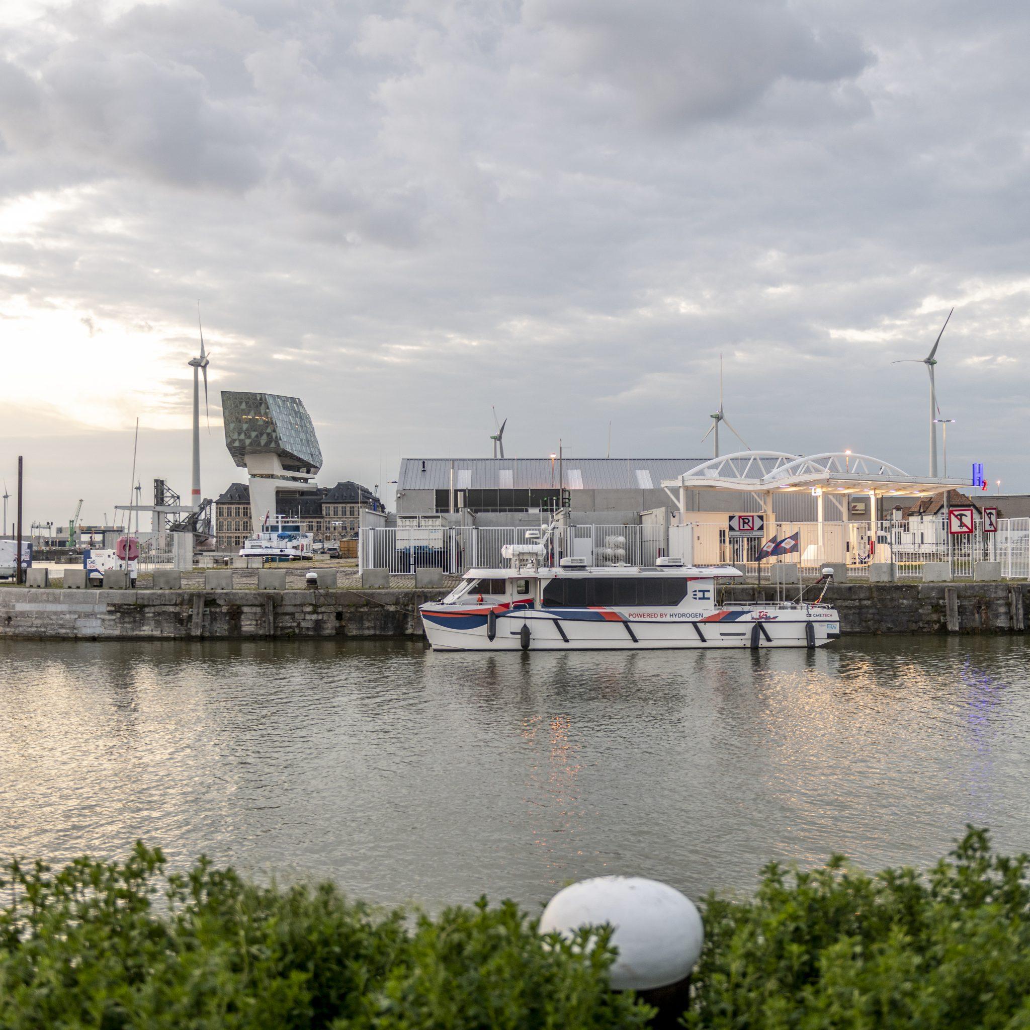 Het eerste waterstof tankstation voor de scheepvaart ter wereld nabij het Havenhuis in Antwerpen. (Foto CMB/TECH)
