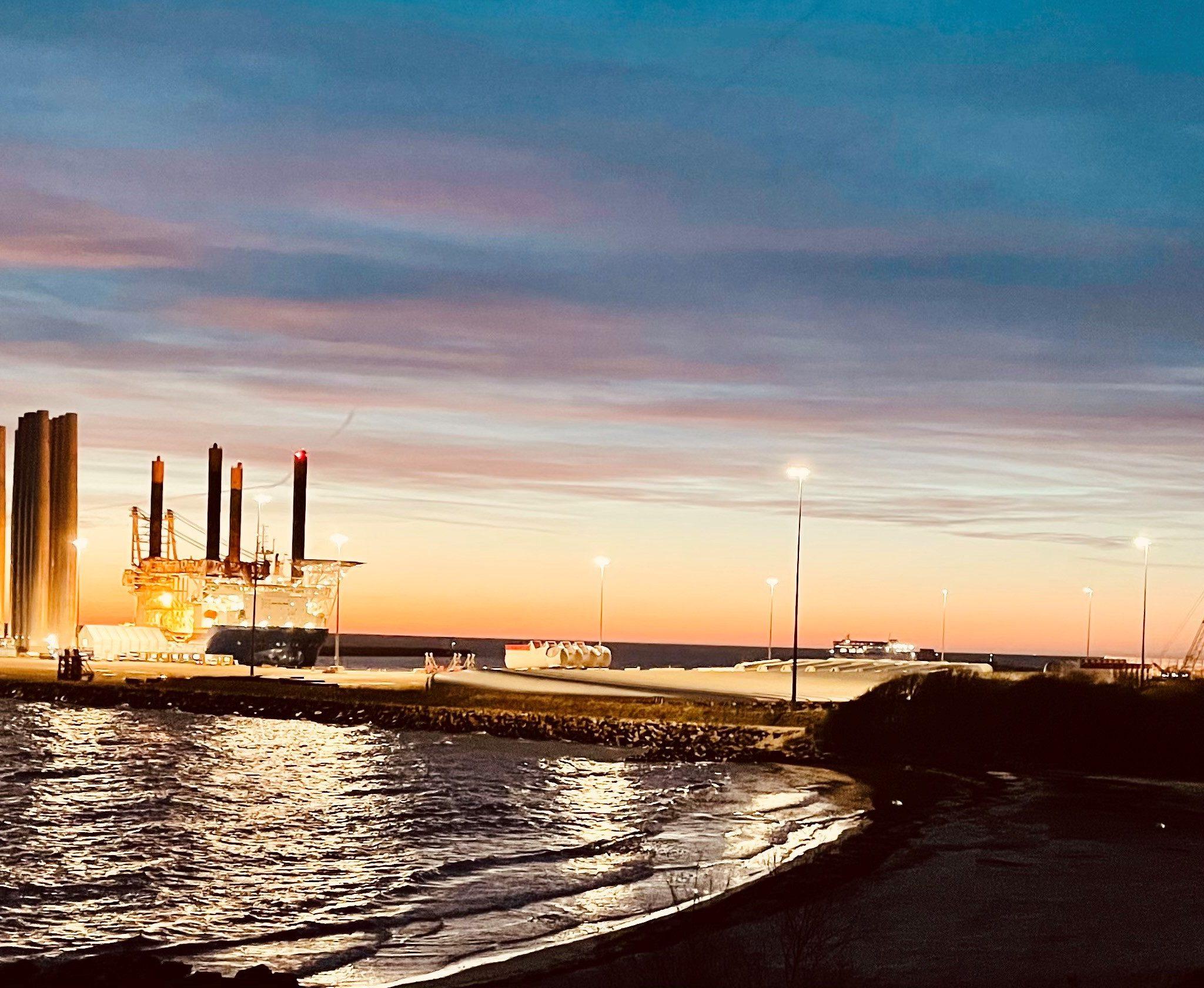 De haven van Roenne op Bornholm wordt gebruikt voor het assembleren en overslaan van onderdelen voor windmolens. Op de foto onderdelen voor het windpark Kriegers Flak van Siemens en Vattenfall en een hefschip van Jan de Nul. (Foto Port of Roenne A/S)