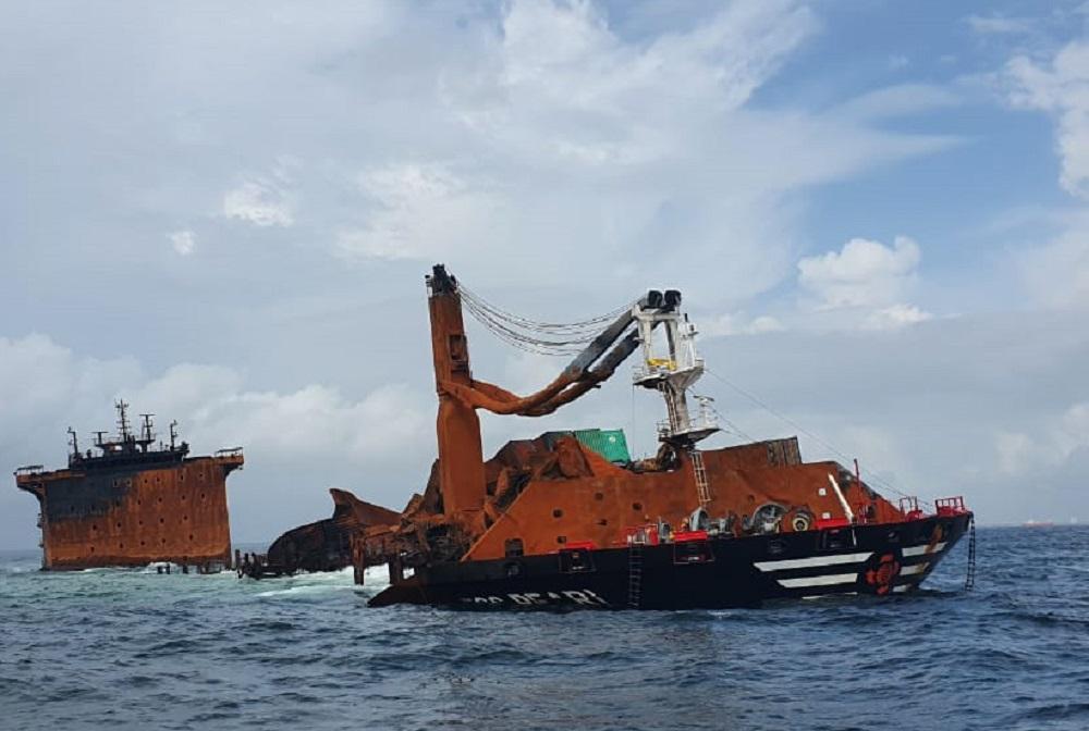 De brand op de X-Press Pearl heeft weinig van het schip over gelaten (Foto Sri Lanka Ports Authority)