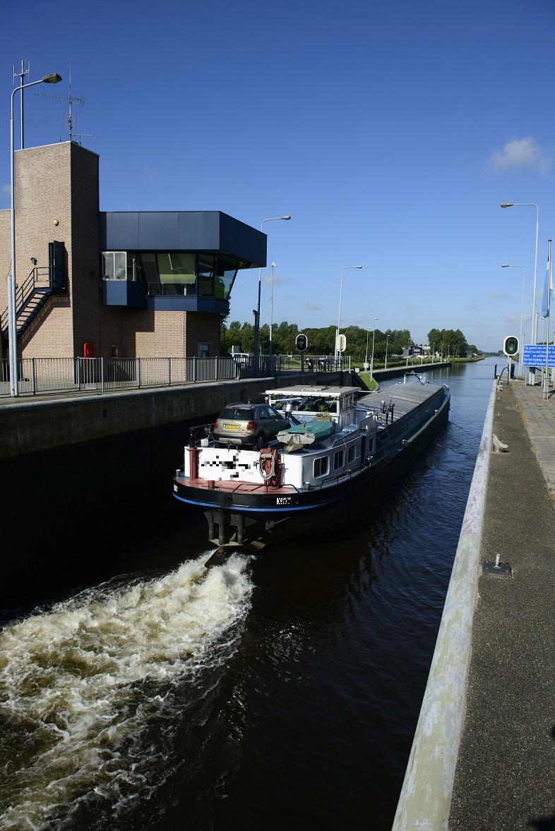 Een schip vaart uit de sluis Schijndel. (Foto Rijkswaterstaat)