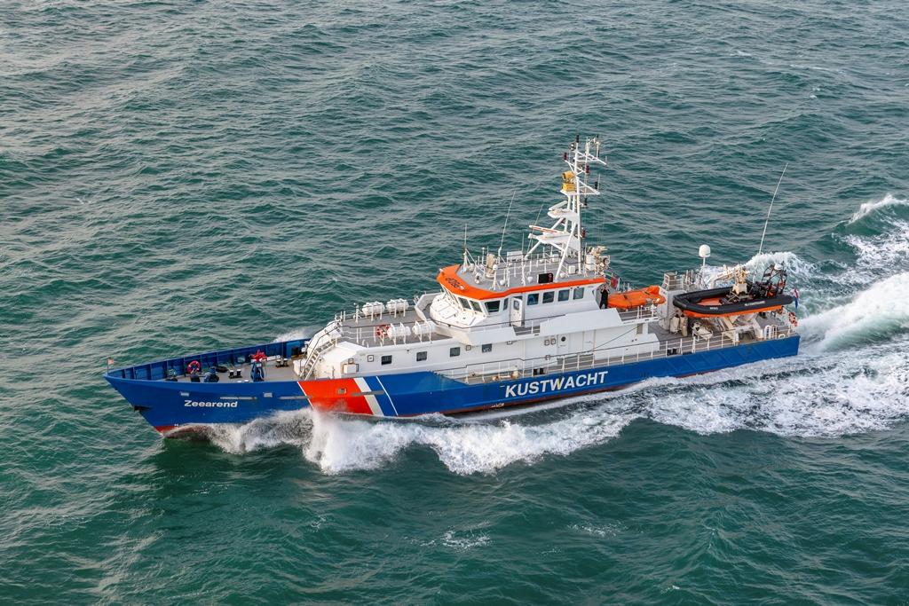 De Zeearend ontdekte de 23 mensen aan boord van het zeiljacht. (Foto Kustwacht)