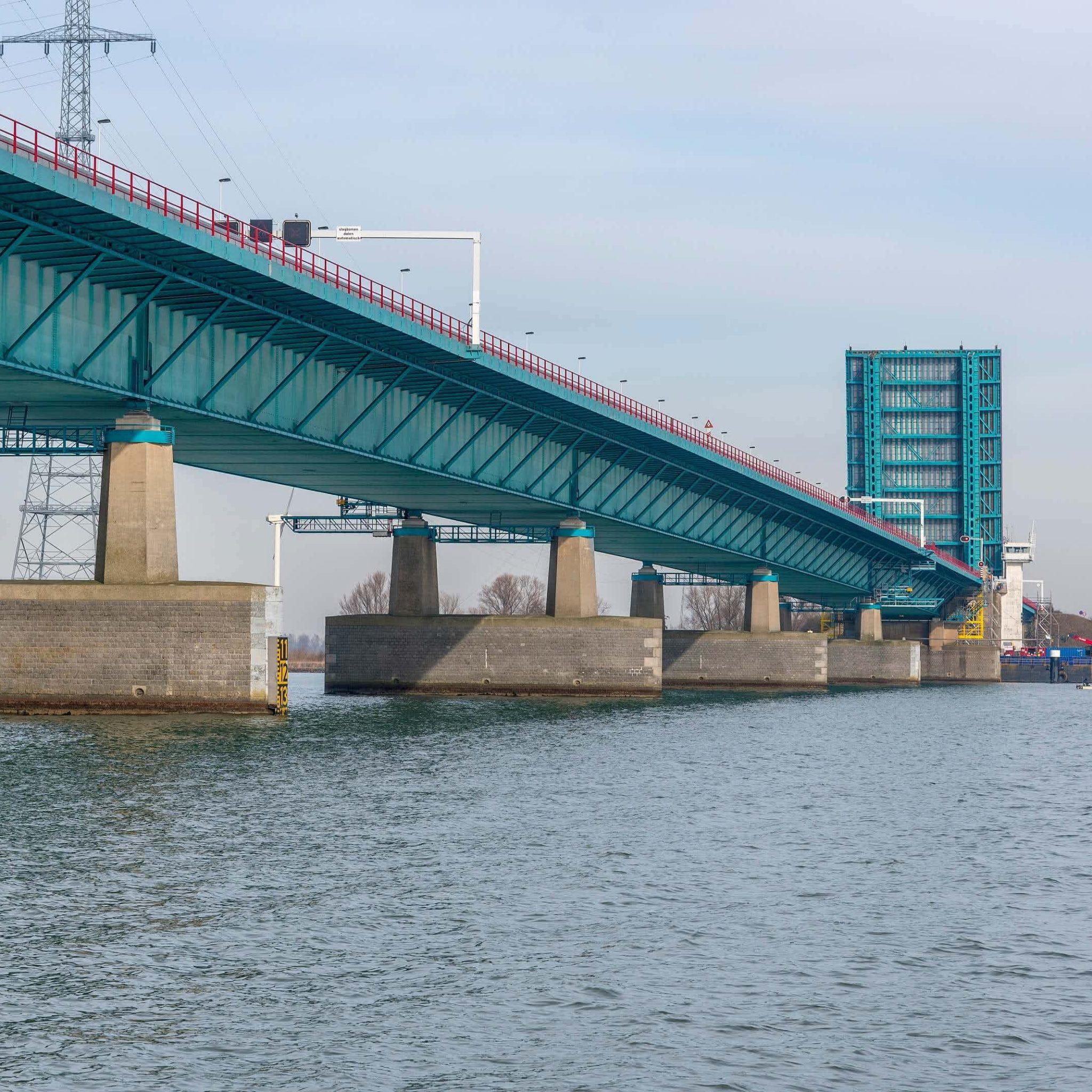 De Haringvlietbrug is er zo slecht aan toe dat de brug voor de hoge scheepvaart nog maar maximaal een keer per week opengaat. Foto Rijkswaterstaat