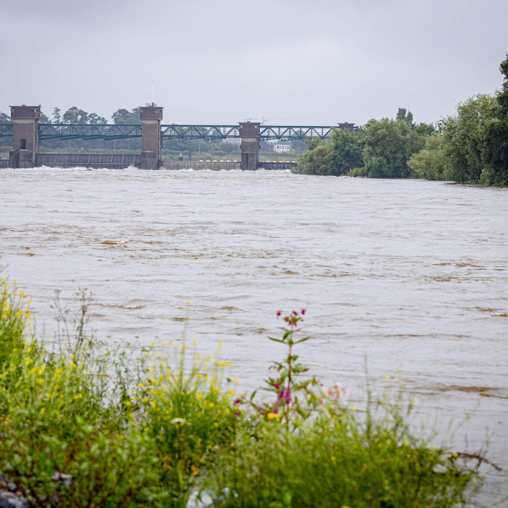 Het water bij een stuw bij Borgharen in Limburg staat extreem hoog. (Foto ANP)