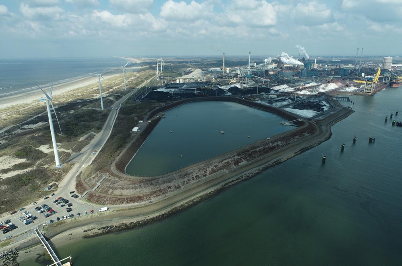 Een luchtopname van de Averijhaven in IJmuiden. (Foto Van Oord)