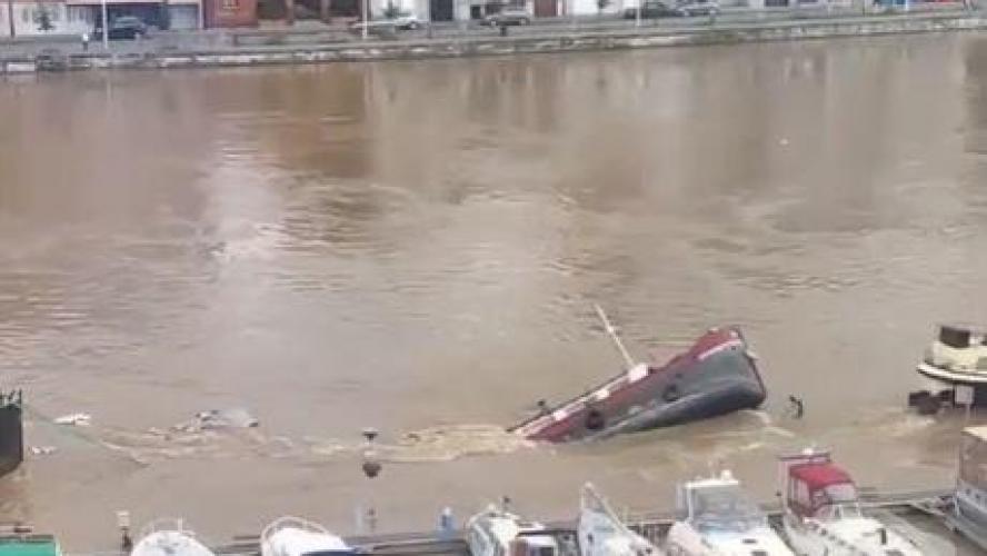 De 26 meter lange Dove wordt verzwolgen door het water. (Beeld uit video)