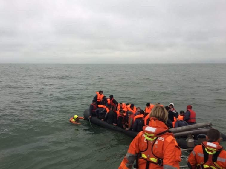 Migranten in het Nauw van Calais. Deze foto werd genomen tijdens een reddingsactie eind juni. (Foto Premar Manche)