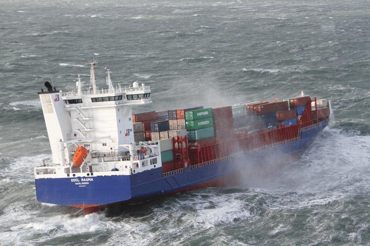 De OOCL Rauma verloor zeven containers boven Ameland. (Foto Kustwacht)
