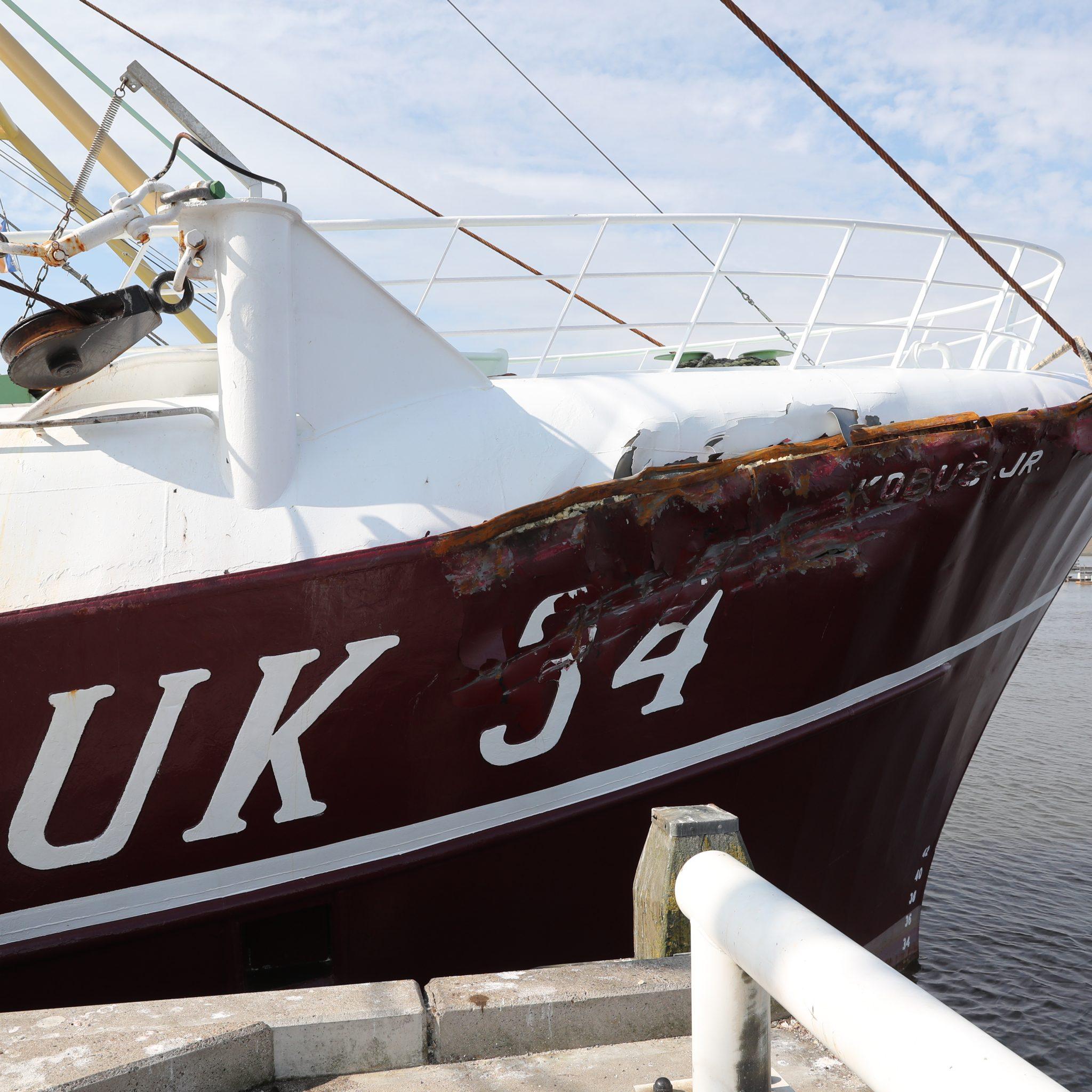 De UK-34 is met kopschade Harlingen binnengelopen. (Foto Bram Pronk)