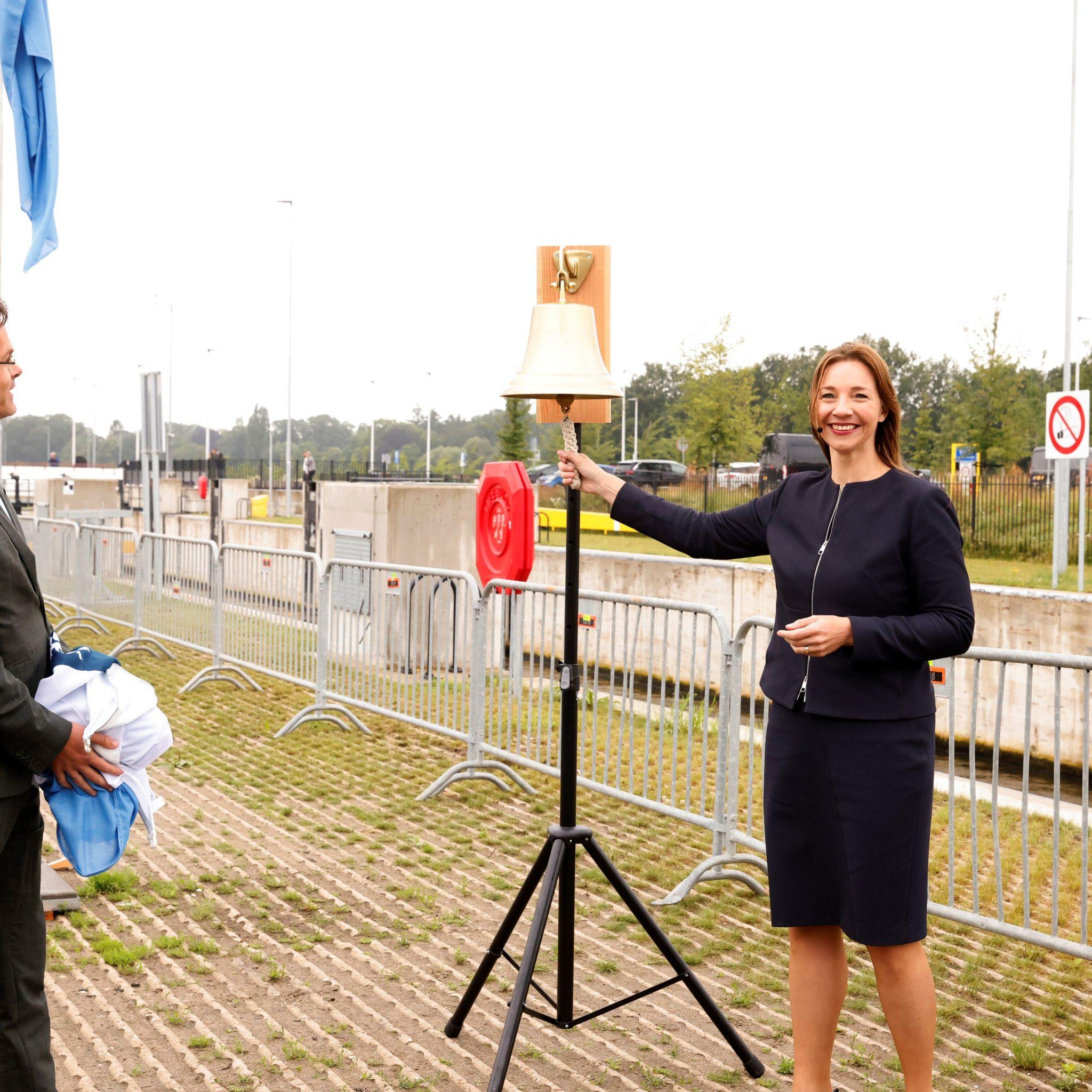 Marjolijn van de Zandschulp van Rijkswaterstaat Oost-Nederland luidt de bel. (Foto Rijkswaterstaat)