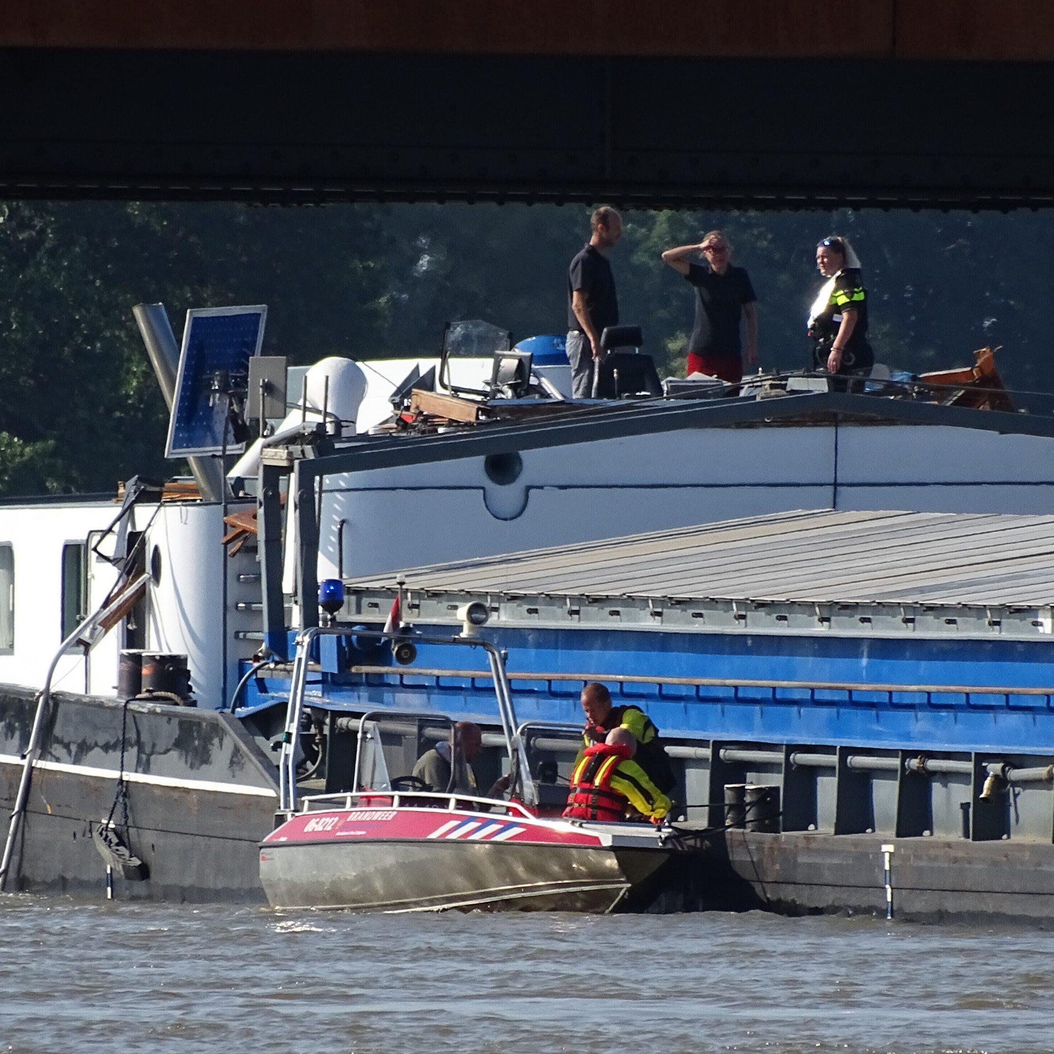Een binnenvaartschip is donderdag tegen de brug over de IJssel in Zutphen gevaren.  Foto AS Media