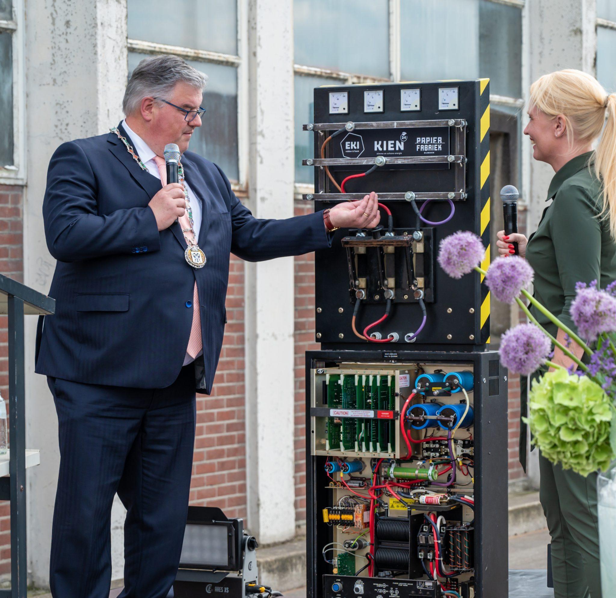 Hubert Bruls opent het duurzame bedrijfspand van EKI en daarmee ook het zonnepark. (Foto EKI)