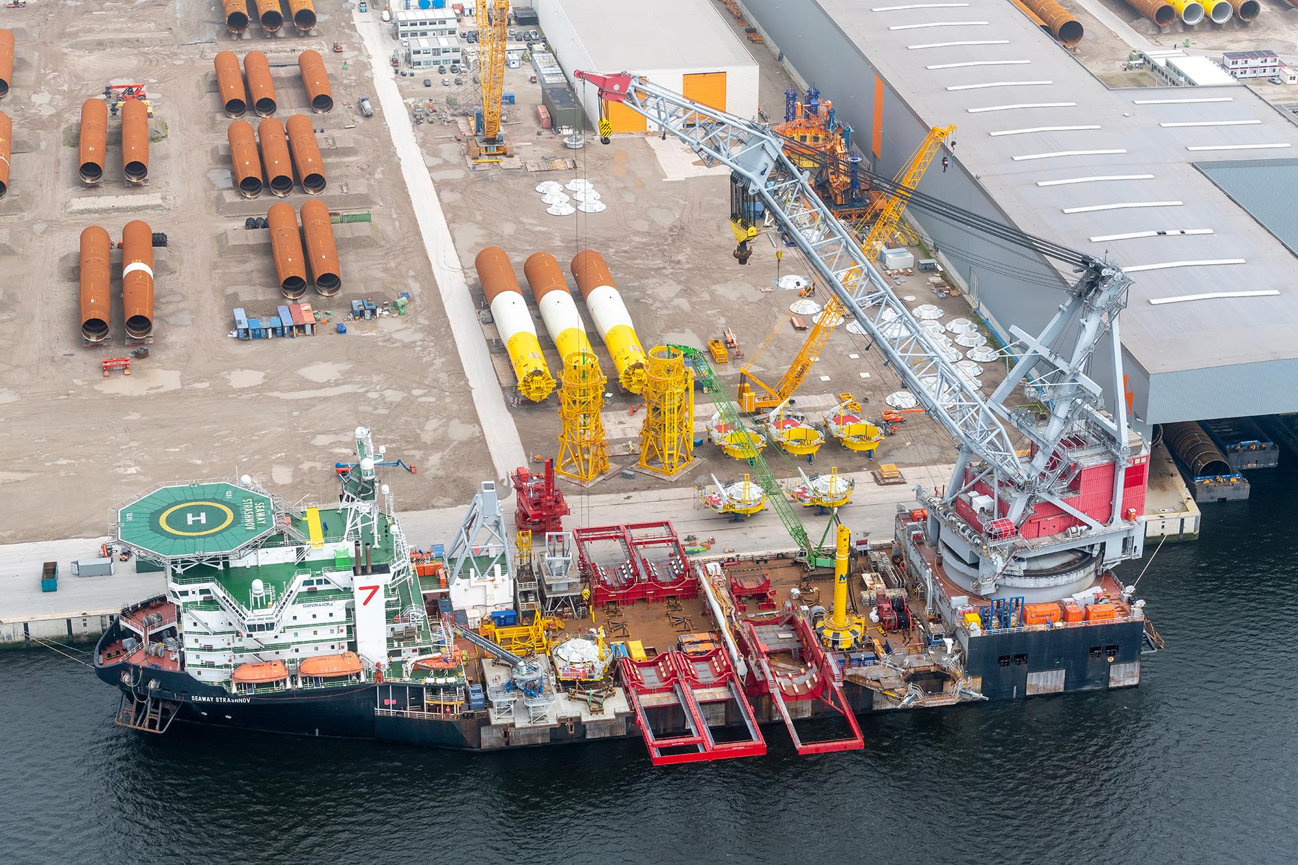 De Seaway Strashnov ligt in Rotterdam klaar voor vertrek richting de Noordzee. (Foto Vattenfall/Paul Martens)