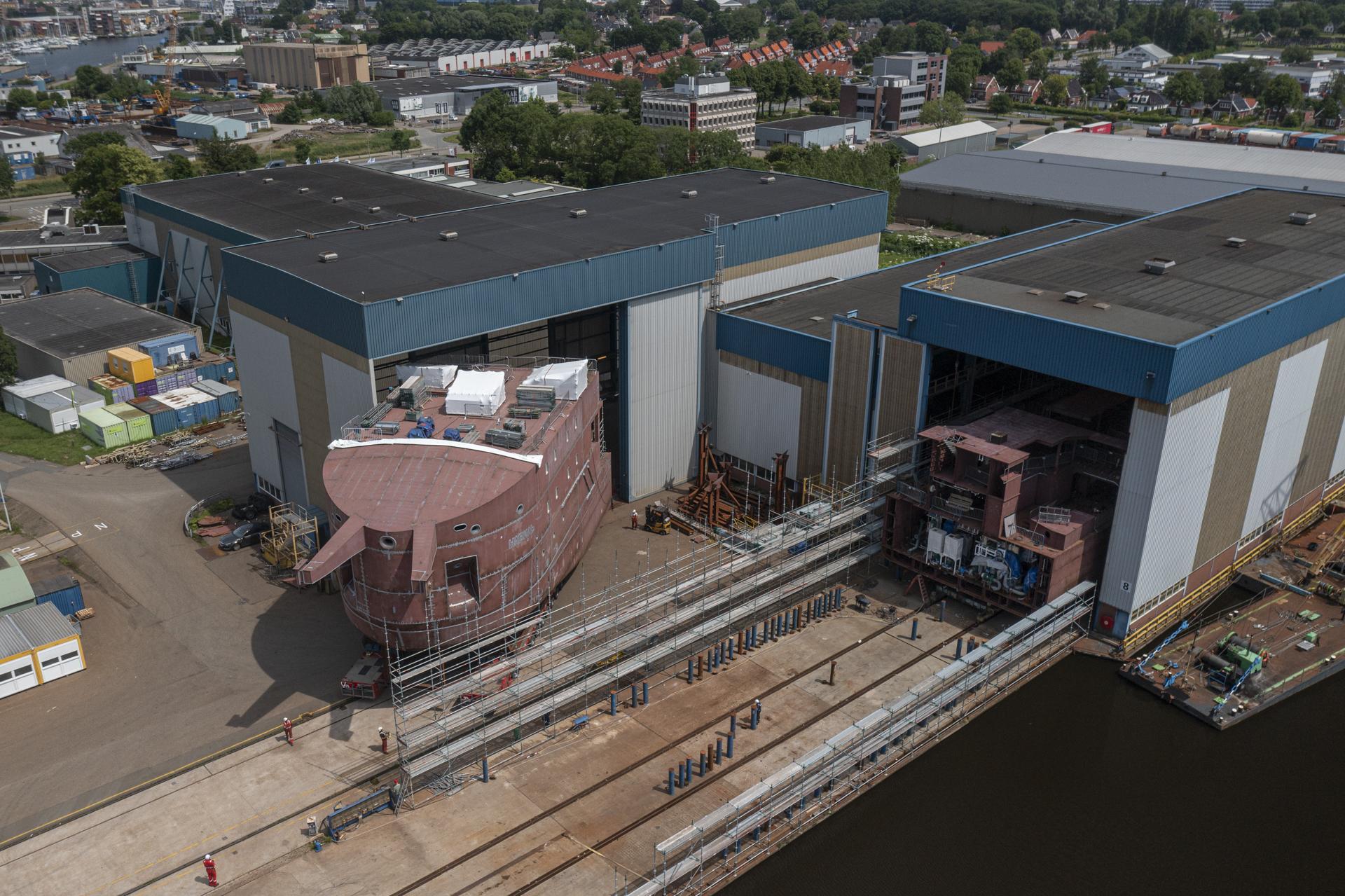 De ijsbreker wordt op de werf in Delfzijl verplaatst. (Foto Wagenborg)