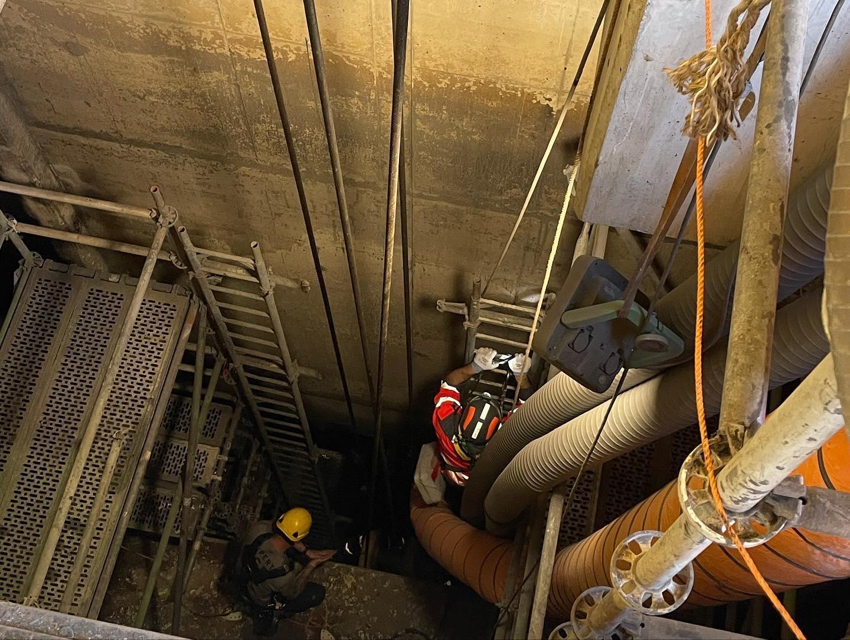 In 2020 hadden veel arbeidsongevallen te maken met een val van hoogte, in 2021 viel er een man in een 14-meter diepe put in de Krammersluizen. (Foto Brandweer Sint Philipsland)
