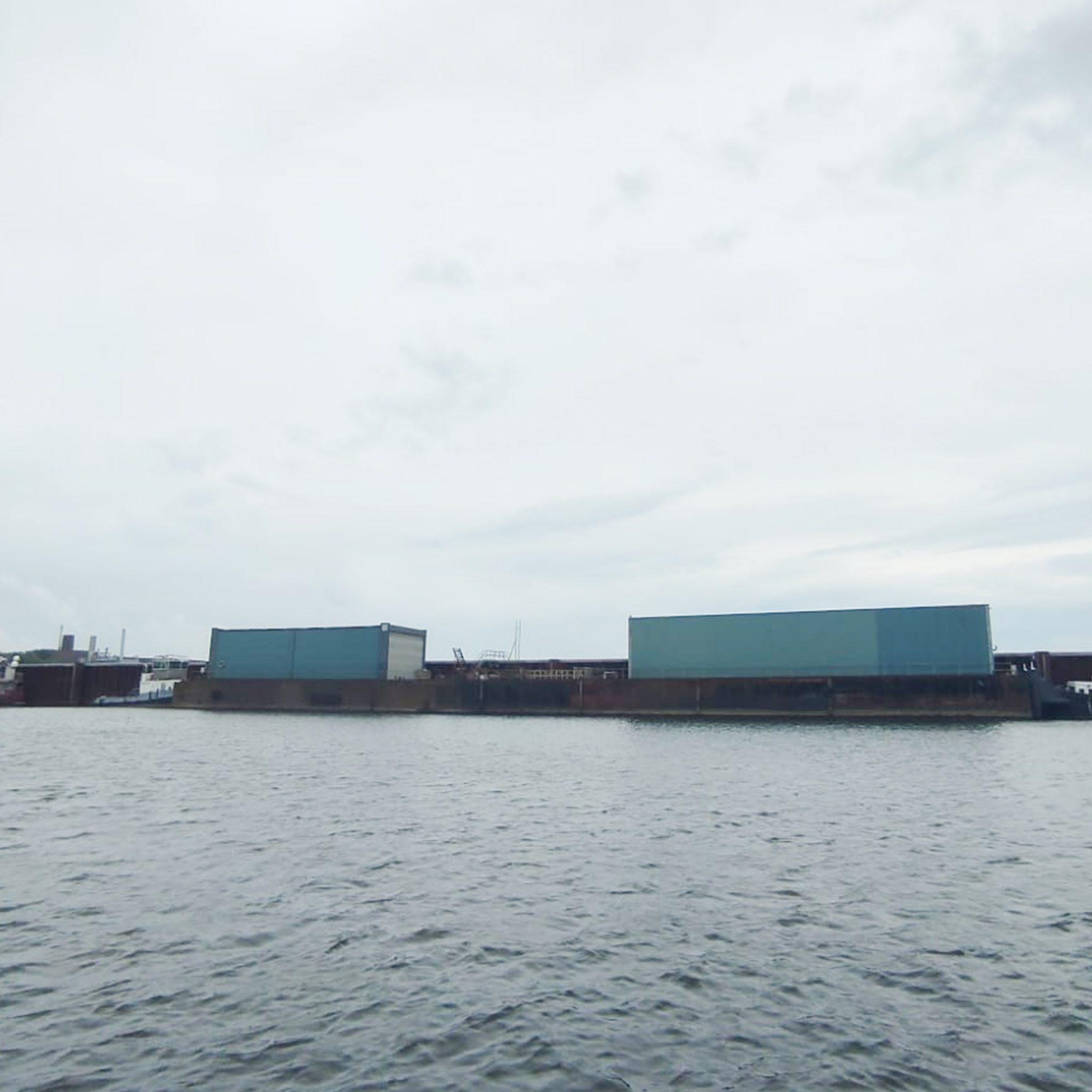 De 94 meter lange drijvende steiger van scheepswerf Misti ligt in de Arnhemse Nieuwe Haven klaar voor transport naar Scheepswerf Dodewaard. (Foto Jan Fransen)