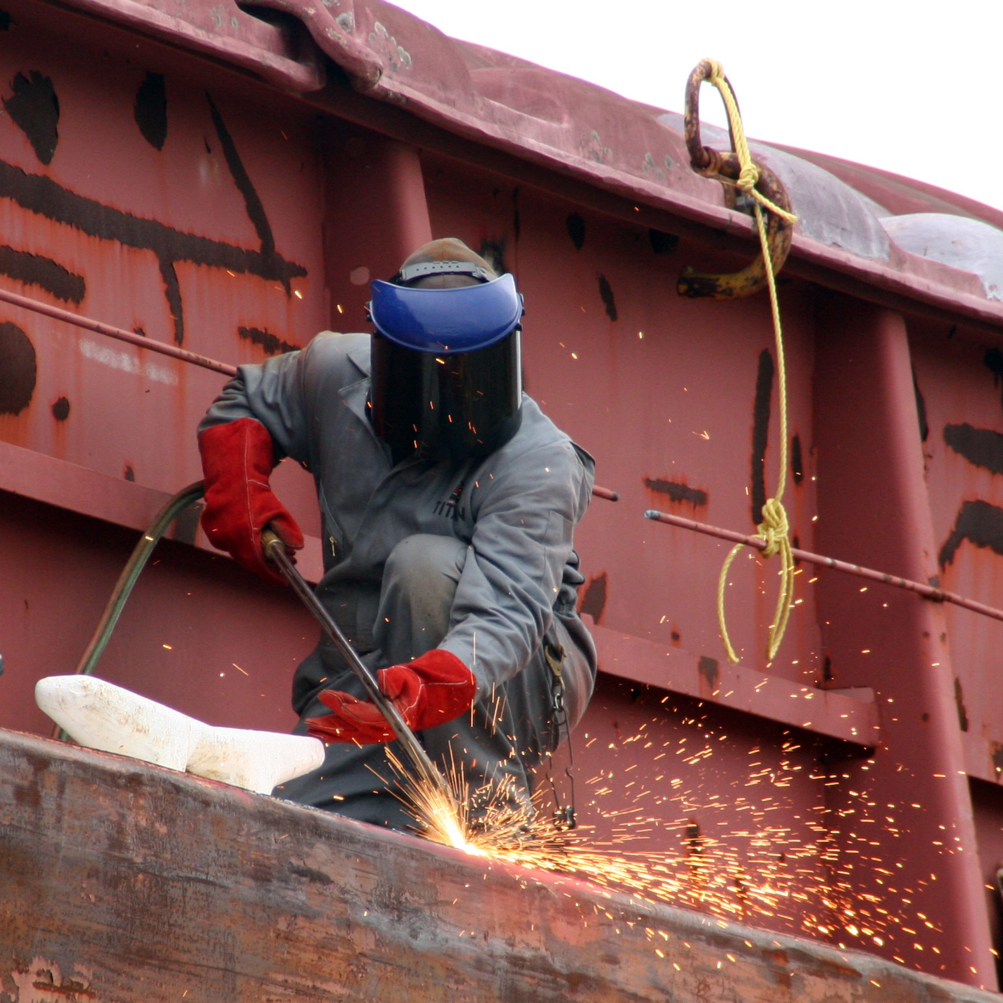Ter illustratie. Een arbeider helpt bij de sloop van een schip. (Foto Wikimedia)
