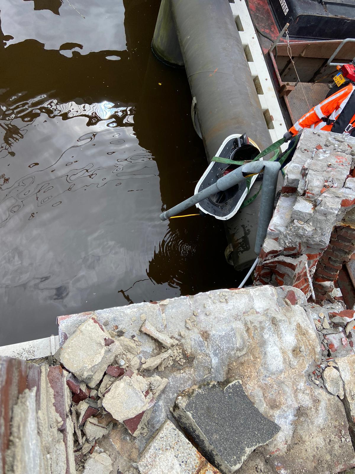 Het stoplicht van de Gerrit Krolbrug wordt weggehaald. (Foto Twitter / Rijkswaterstaat Noord NL)