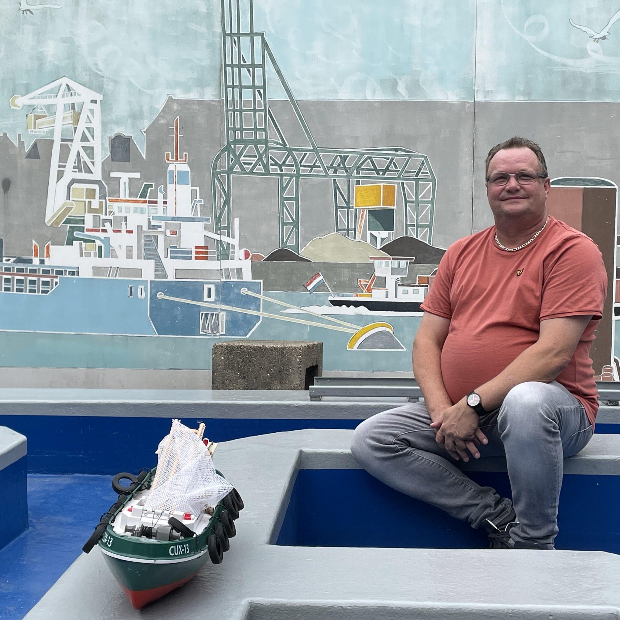 Schipper Jan van de Wijgaart bezoekt schippersinternaat De Singel in Dordrecht. (Foto Helmut de Hoogh)
