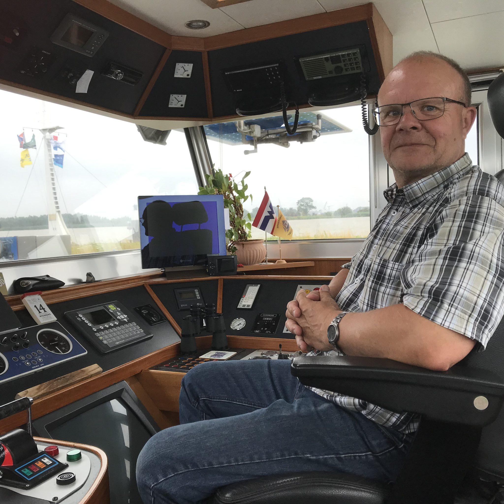 Schipper Dick Mudde in zijn stuurhut. (Foto Hannie Visser-Kieboom)