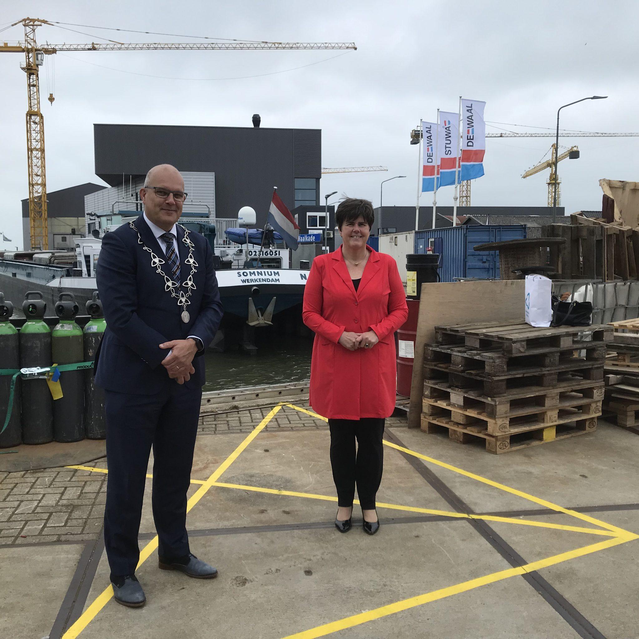 Burgemeester Egbert Lichtenberg begeleidt commissaris Ine Adema bij haar bezoek aan de haven van Werkendam. (Foto Hannie Visser-Kieboom)