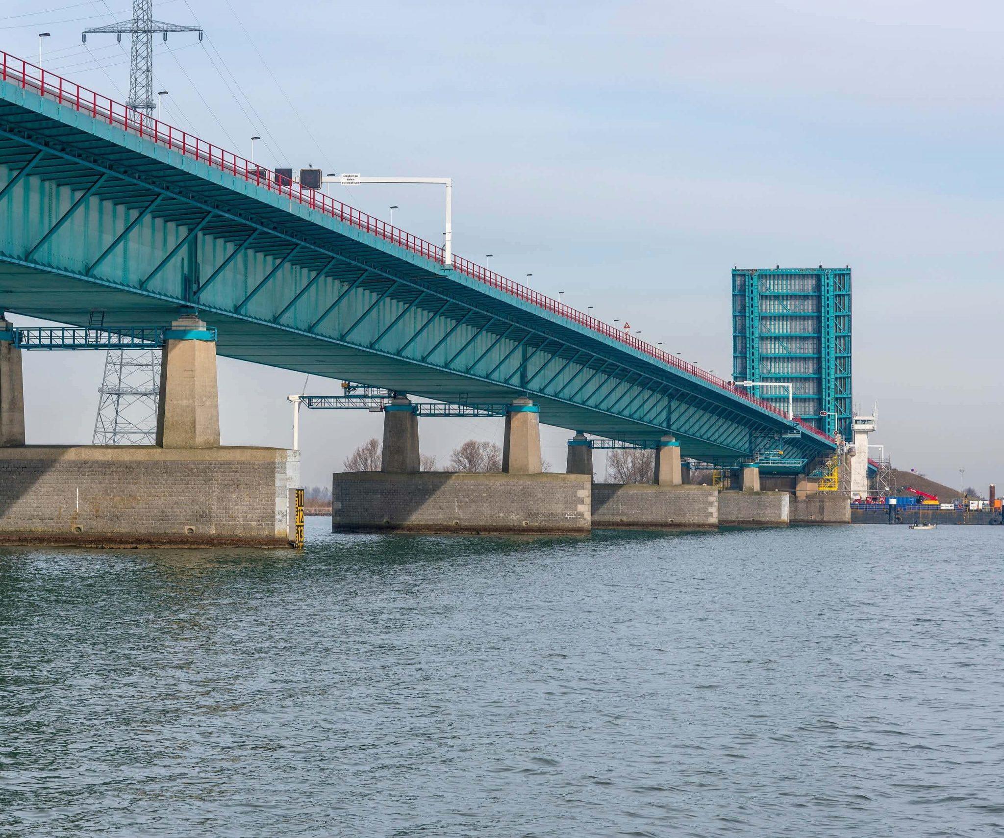 Een open Haringvlietbrug is nog maar eens per maand te zien. (Foto Rijkswaterstaat)