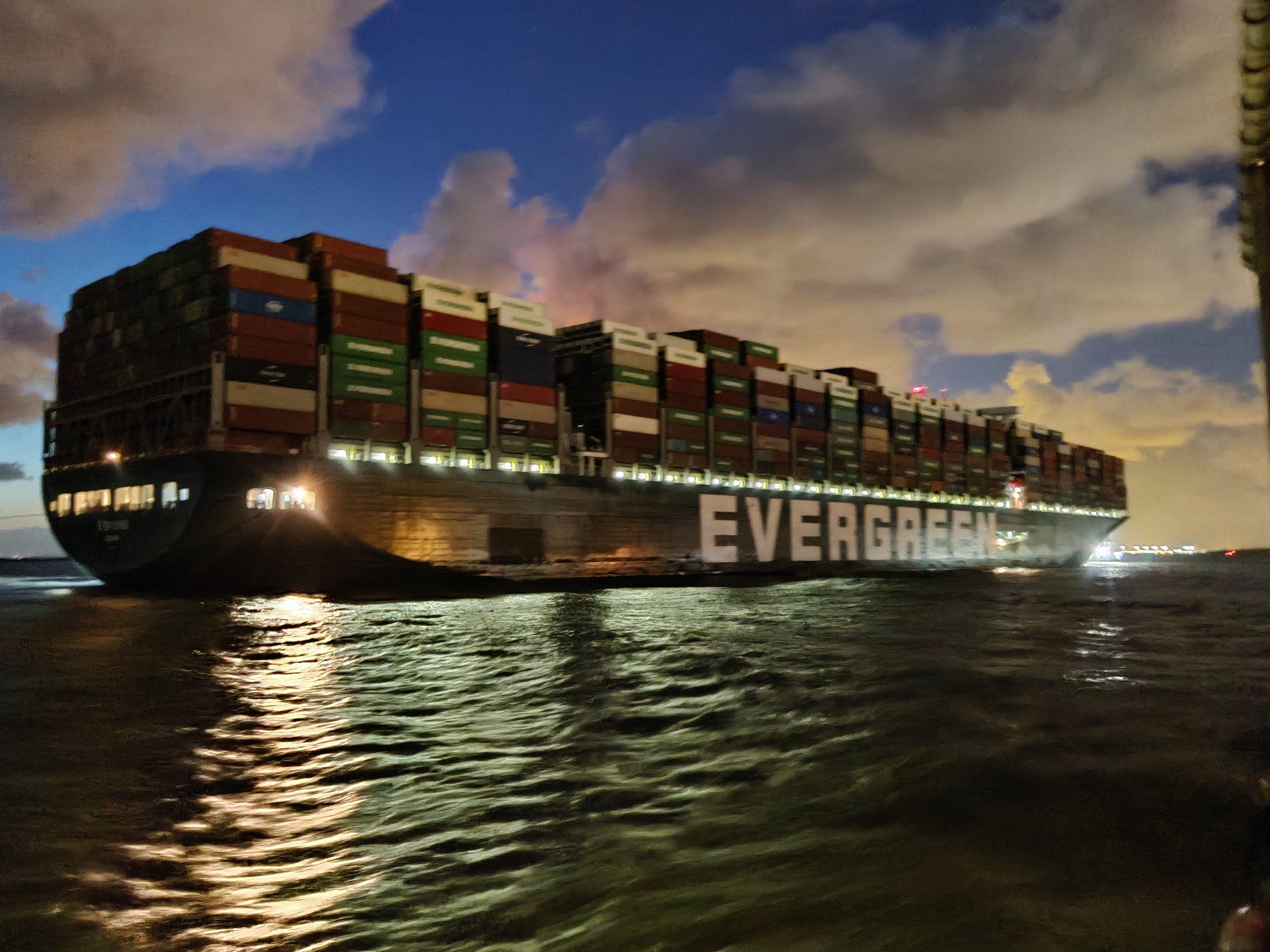 De Ever Given komt aan in de haven van Rotterdam op donderdag 29 juli. (Foto Robin van den Bovenkamp)