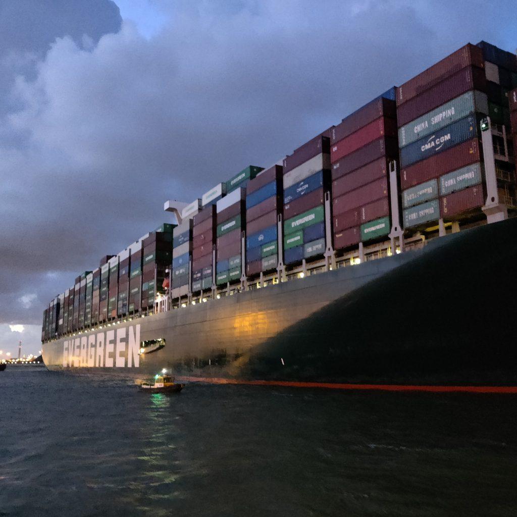 In het vroege ochtendgloren komt het gigantische containerschip aan. (Foto Robin van den Bovenkamp)