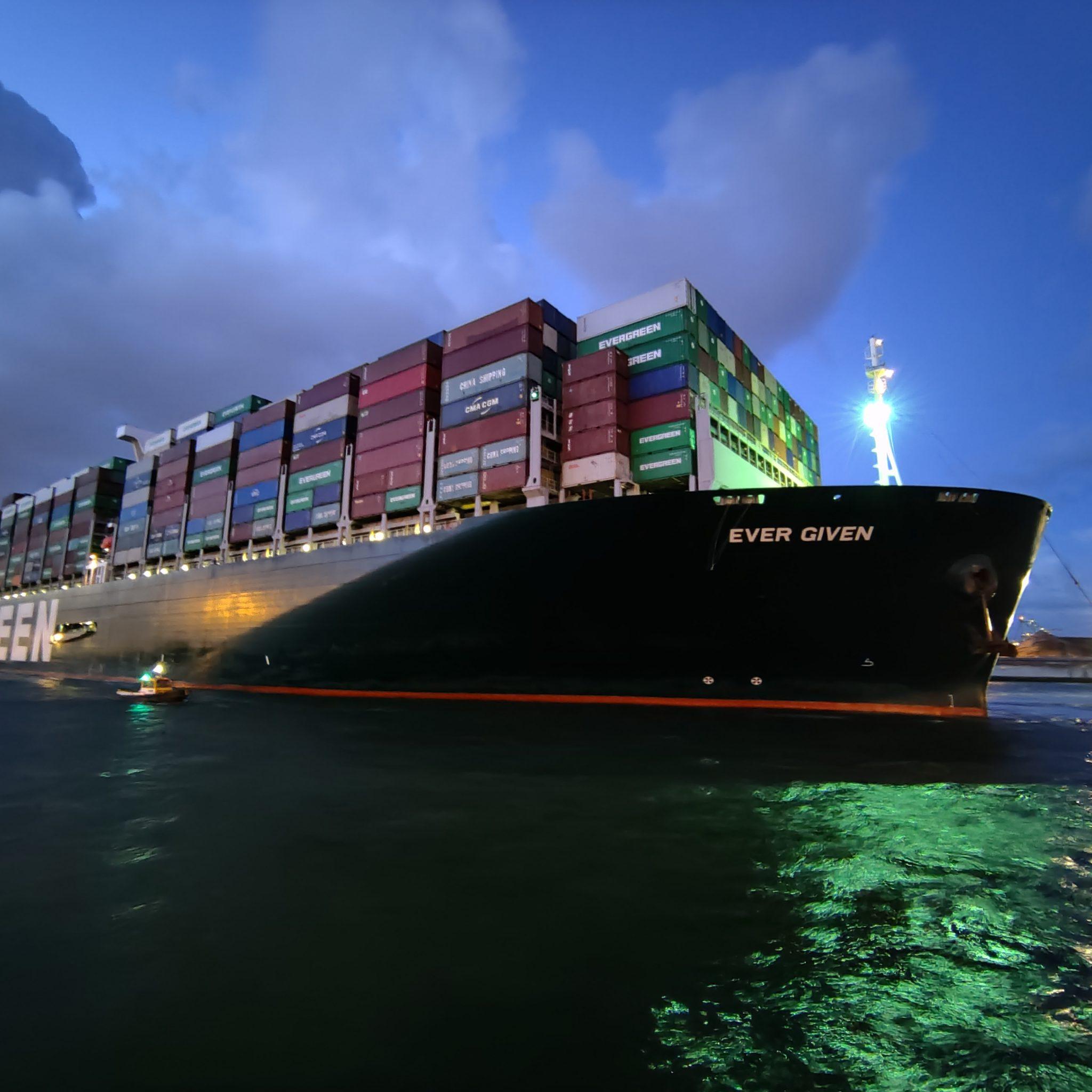 Na maandenlang gestrand te zijn in het Suezkanaal, en vele vertragingen tijdens de reis, is de Ever Given dan eindelijk in Rotterdam. (Foto Robin van den Bovenkamp)