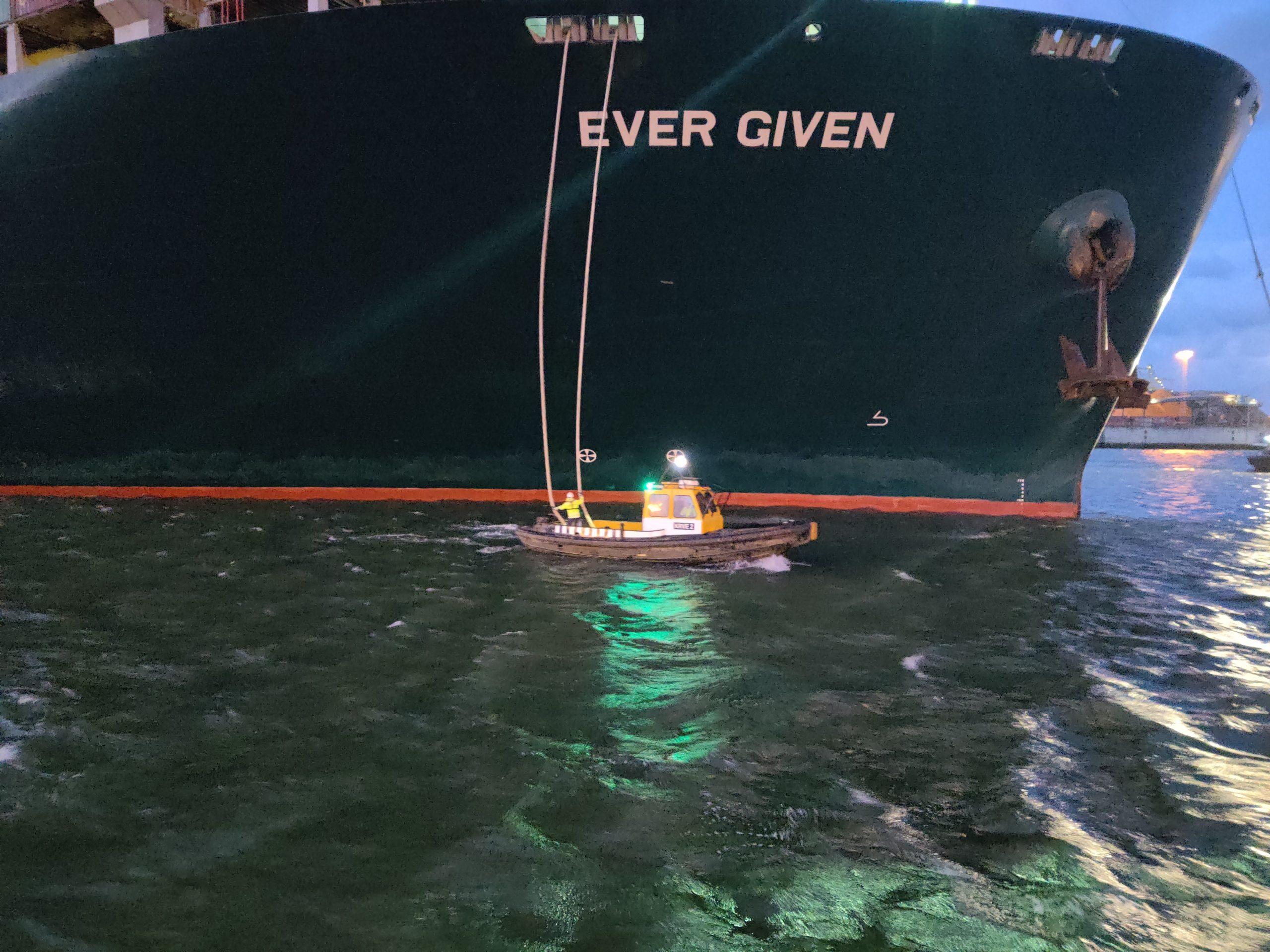 De bootjes van het Loodswezen helpen het schip de haven in. (Foto Robin van den Bovenkamp)