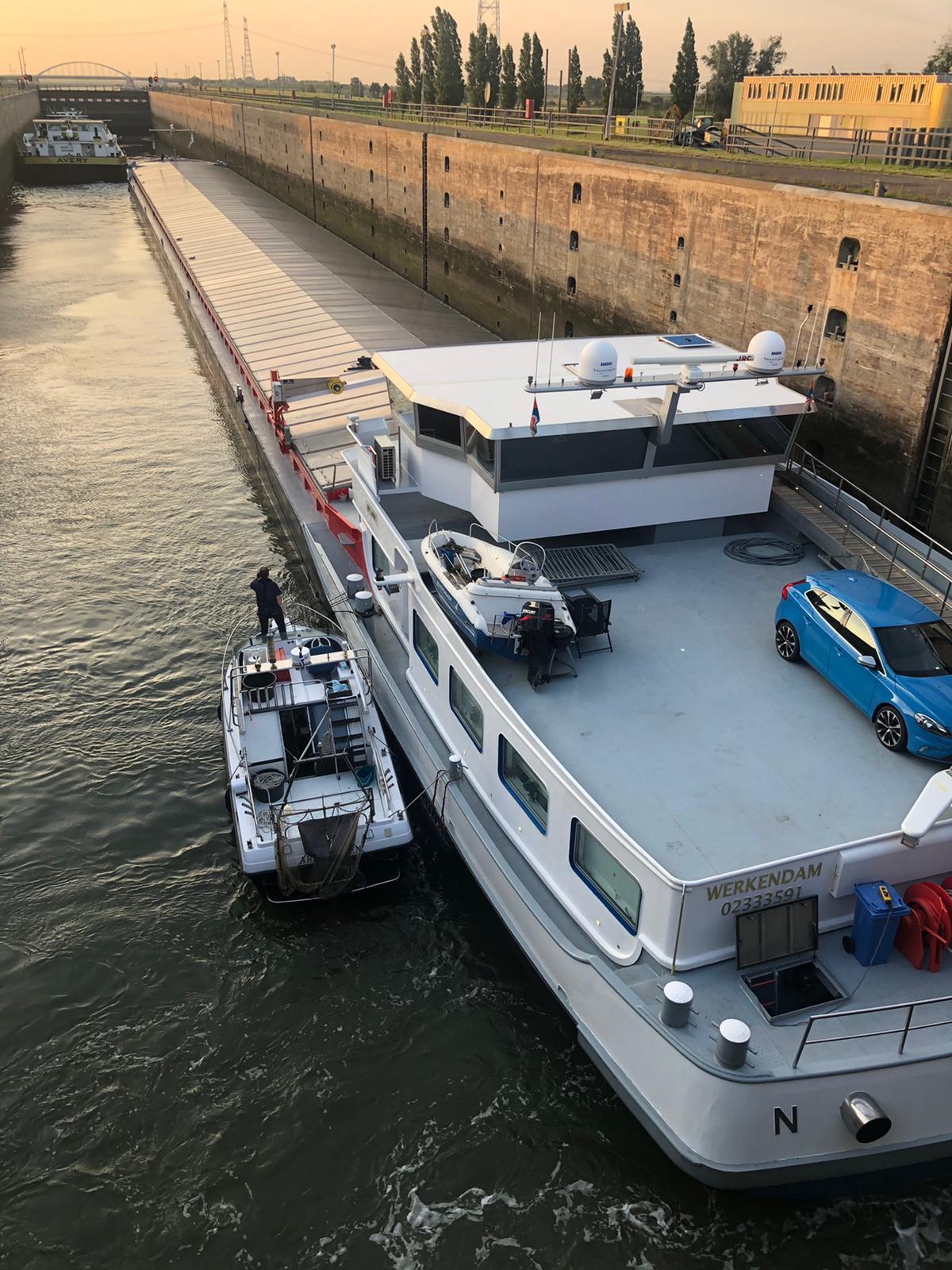 De helpende hand toereiken kostte de Jolina een half uur extra. 'Niets op een mensenleven', zegt schipper Wim van Driel. (Foto Wim van Driel)