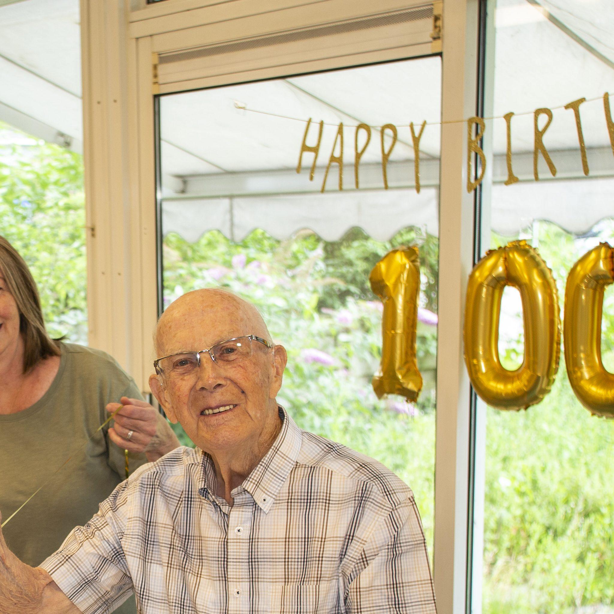 Henk Schot is 100 jaar geworden en dat viert de voormalig brugwachter. (Foto Persburo Busink)