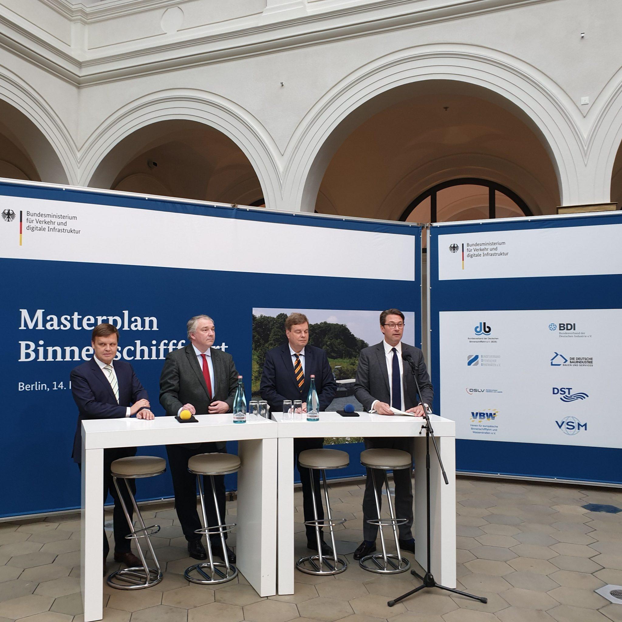 De presentatie van het Masterplan Binnenschifffahrt in 2019. V.l.n.r. verkeersminister Andreas Scheuer, staatssecretaris Enak Ferlemann, BDB-voorzitter Martin Staats en BöB-voorzitter Joachim Zimmermann. (Foto BDB)