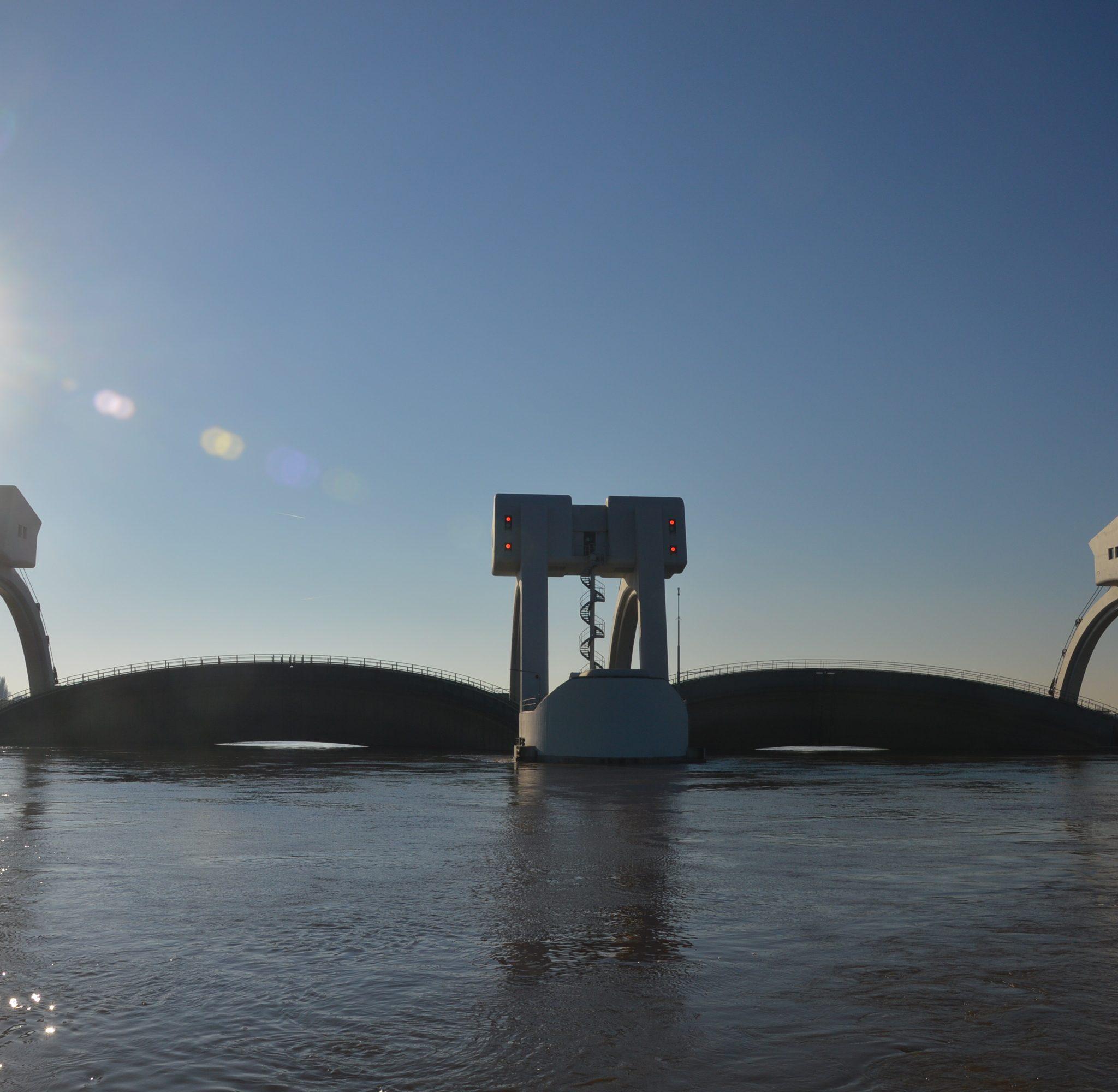 De kenmerkende bogen van de stuw bij Driel. (Foto Rijkswaterstaat)