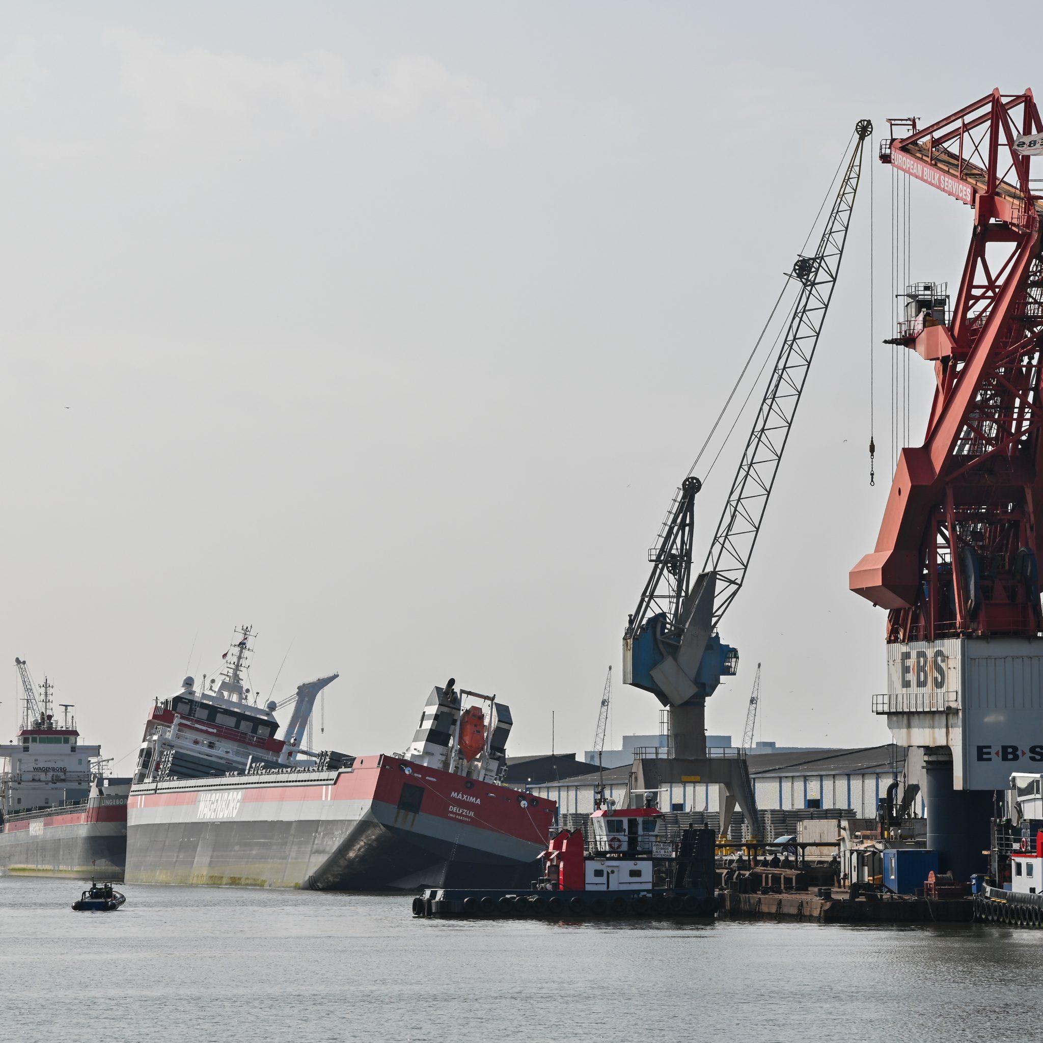 Het schip Máxima van rederij Wagenborg maakt slagzij. Foto MediaTV
