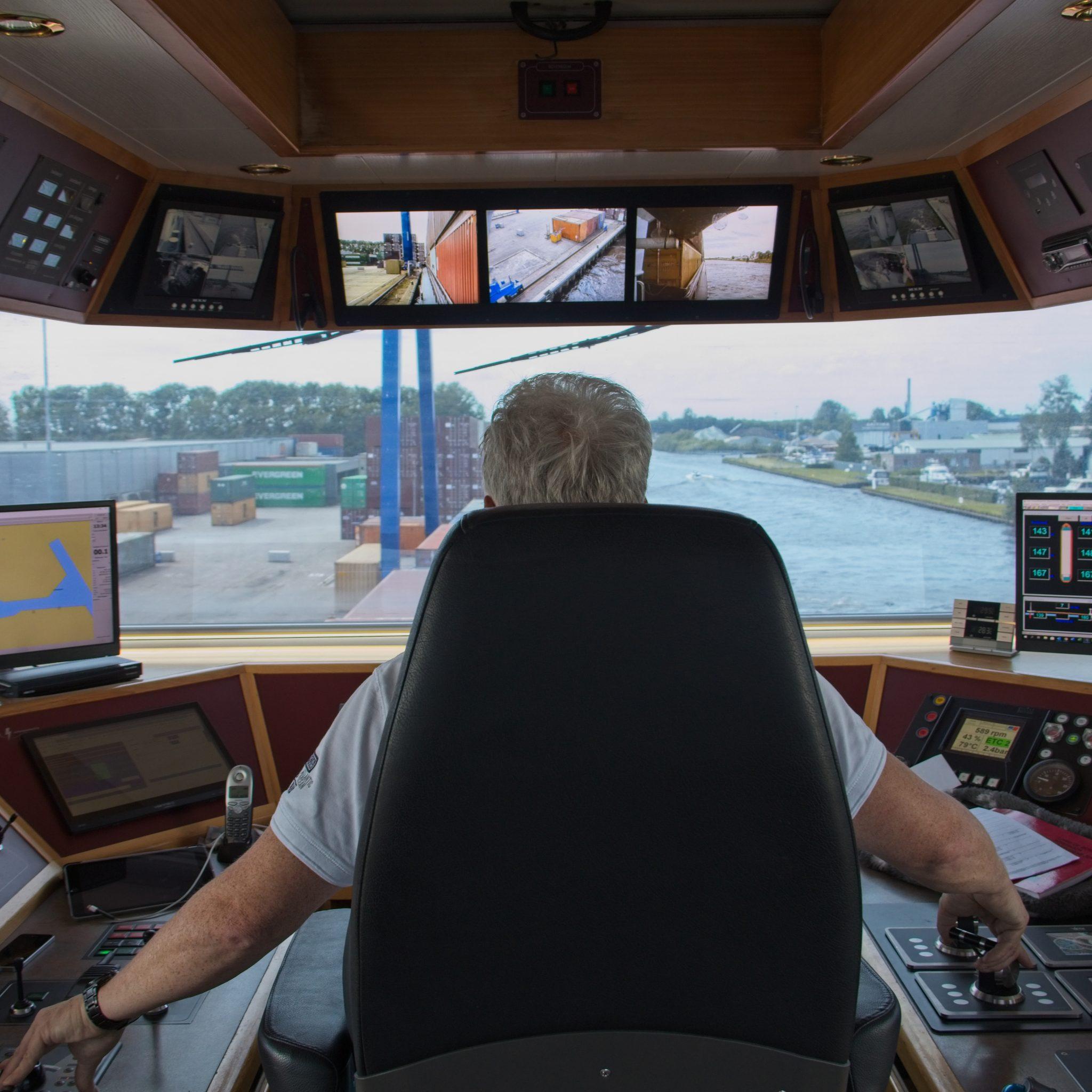 Havengeld betalen kan in Zwolle, Kampen en Meppel vanaf 1 september met een smartphone-app vanuit de stuurstoel. (Foto Port of Zwolle)