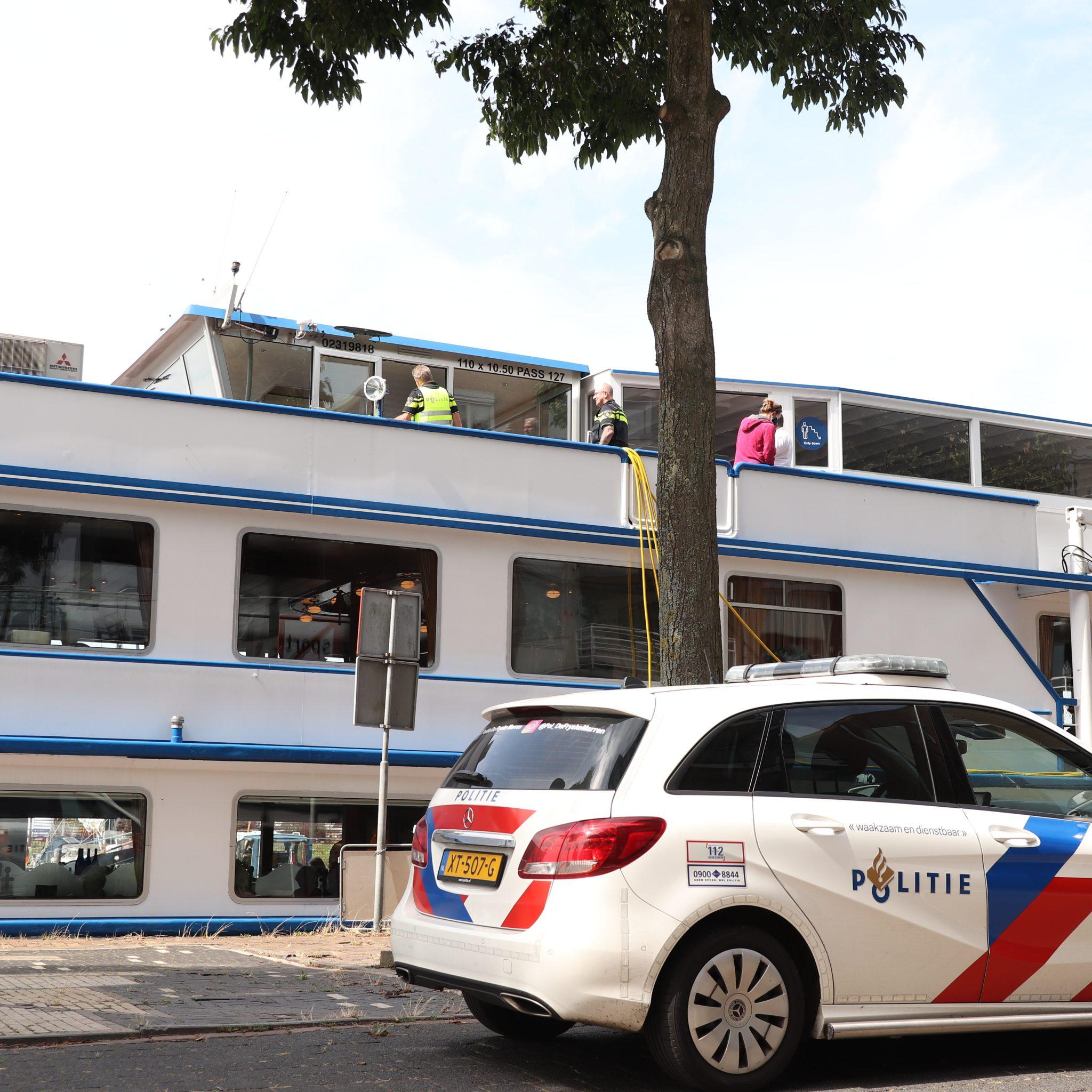 Politie heeft de Rembrandt van Rijn betreden om het voorval in kaart te brengen. (Foto Noordernieuws)